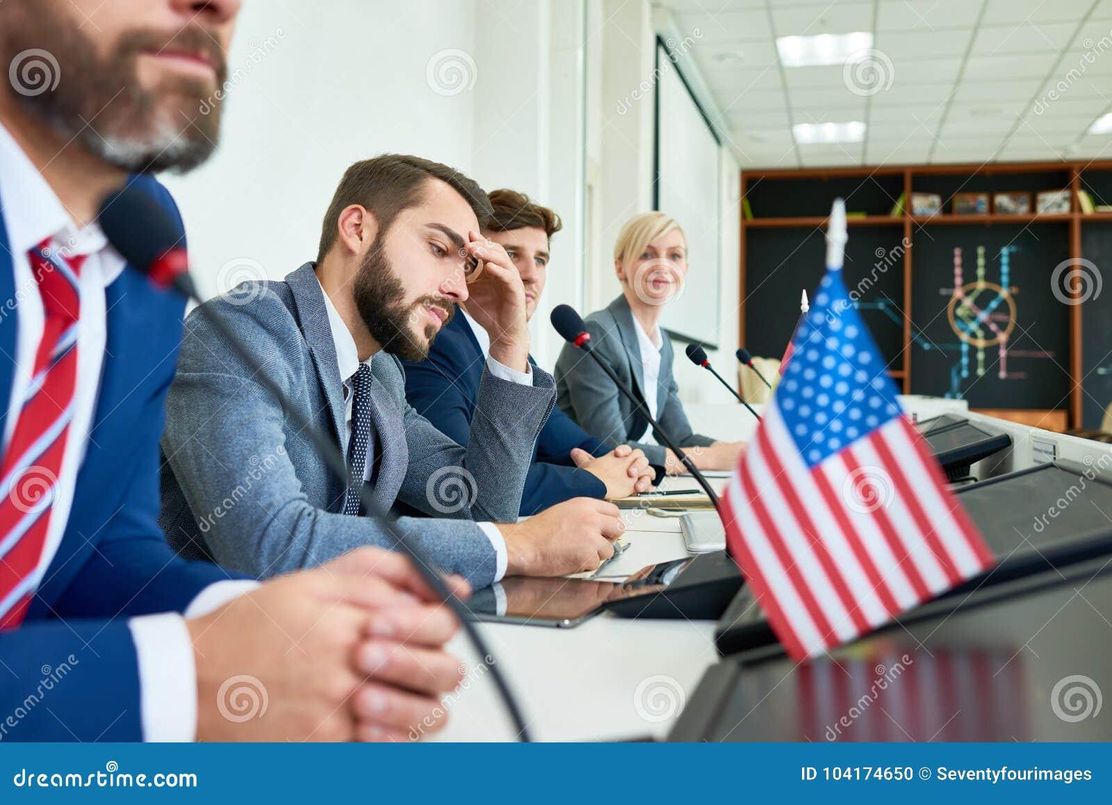 Fileira dos políticos na conferência de imprensa