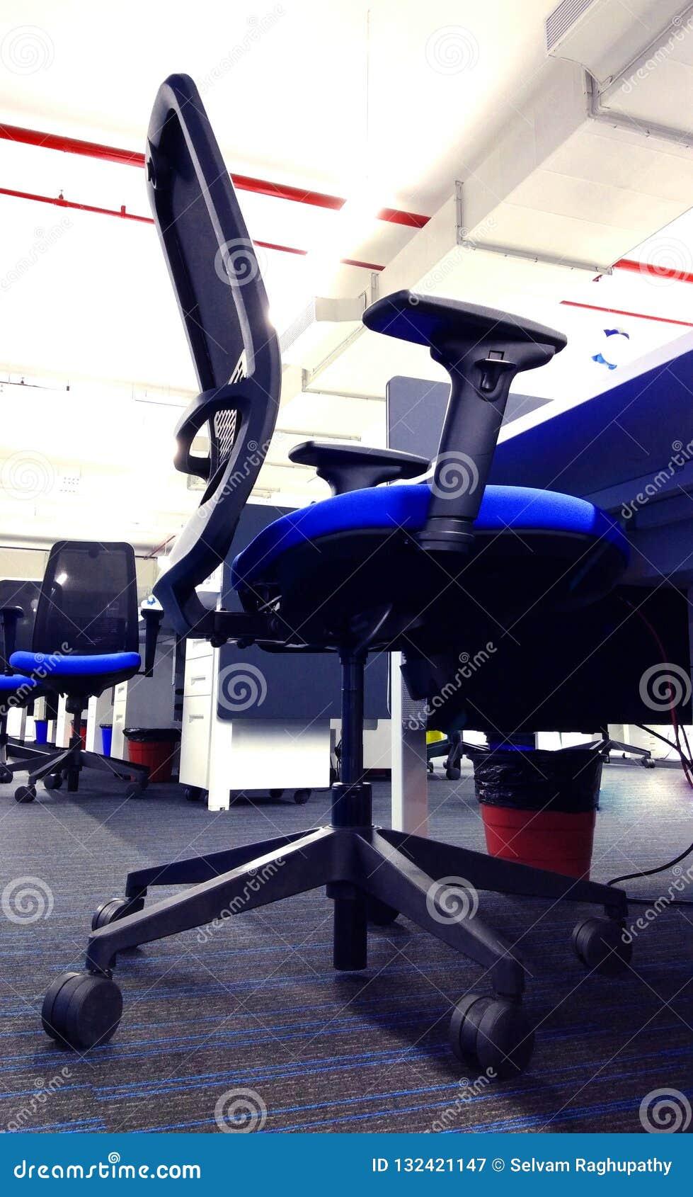 Fileira moderna da cadeira da estação de trabalho uma empresa da tecnologia da informação