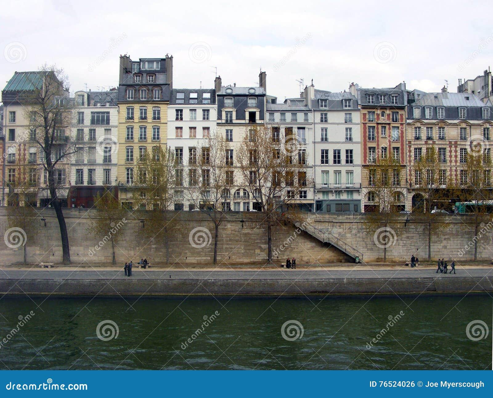 fileira parisiense das casas pelo rio seine em paris frana imagem de stock royalty free