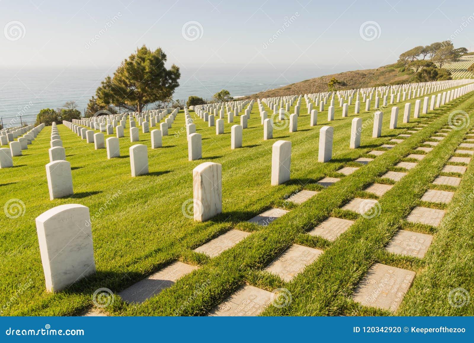 Fileiras das lápides no cemitério nacional de Rosecrans do forte