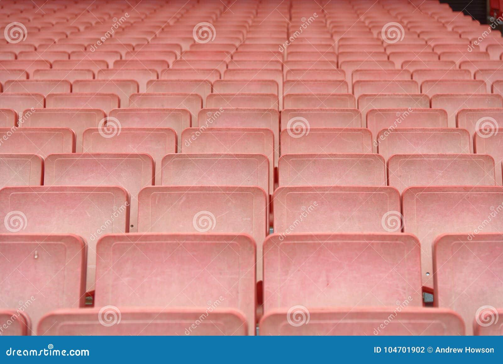 Fileiras de assentos vermelhos do estádio