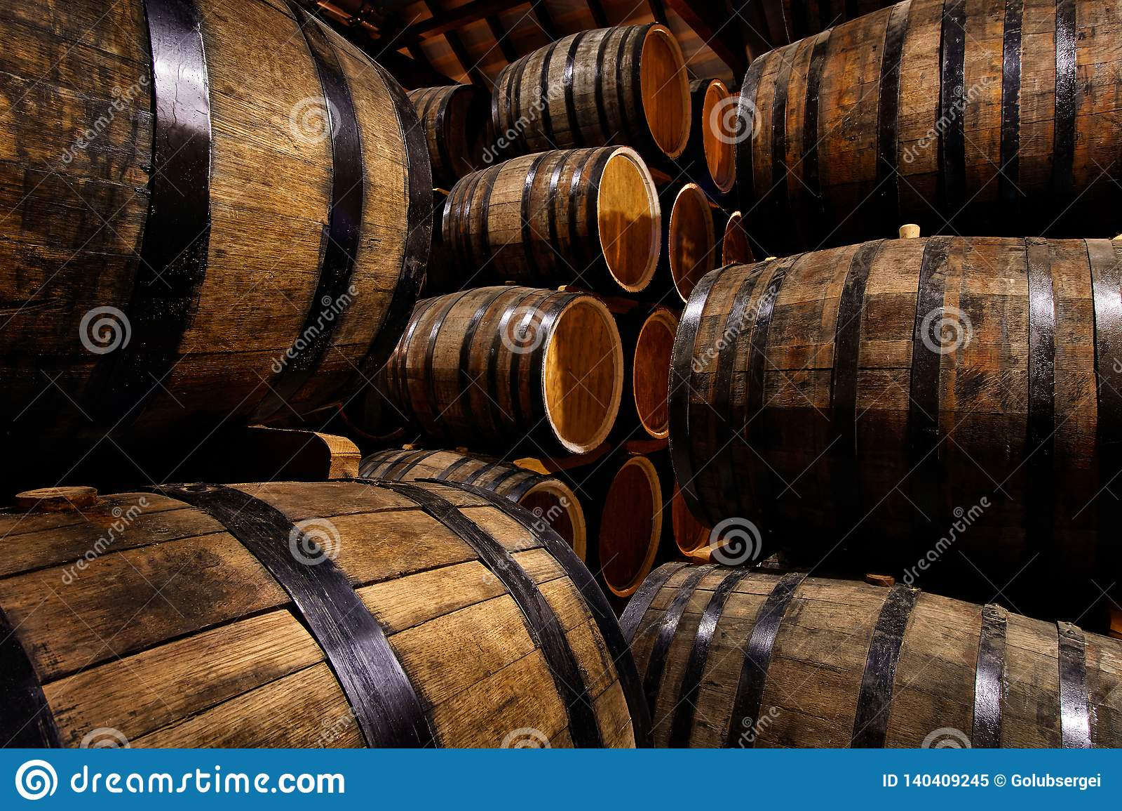 Fileiras de cilindros alcoólicos no estoque distillery Conhaque, uísque, vinho, aguardente Álcool nos tambores