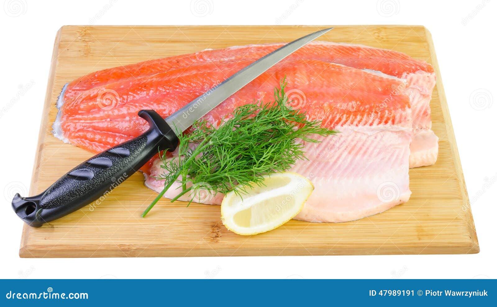 Filet de poissons de truite avec le couteau sur un panneau - Panneau cuisine ...