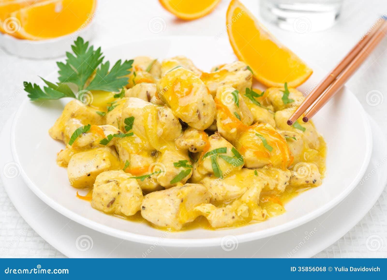 Filet de poulet avec de la sauce et le persil oranges du plat