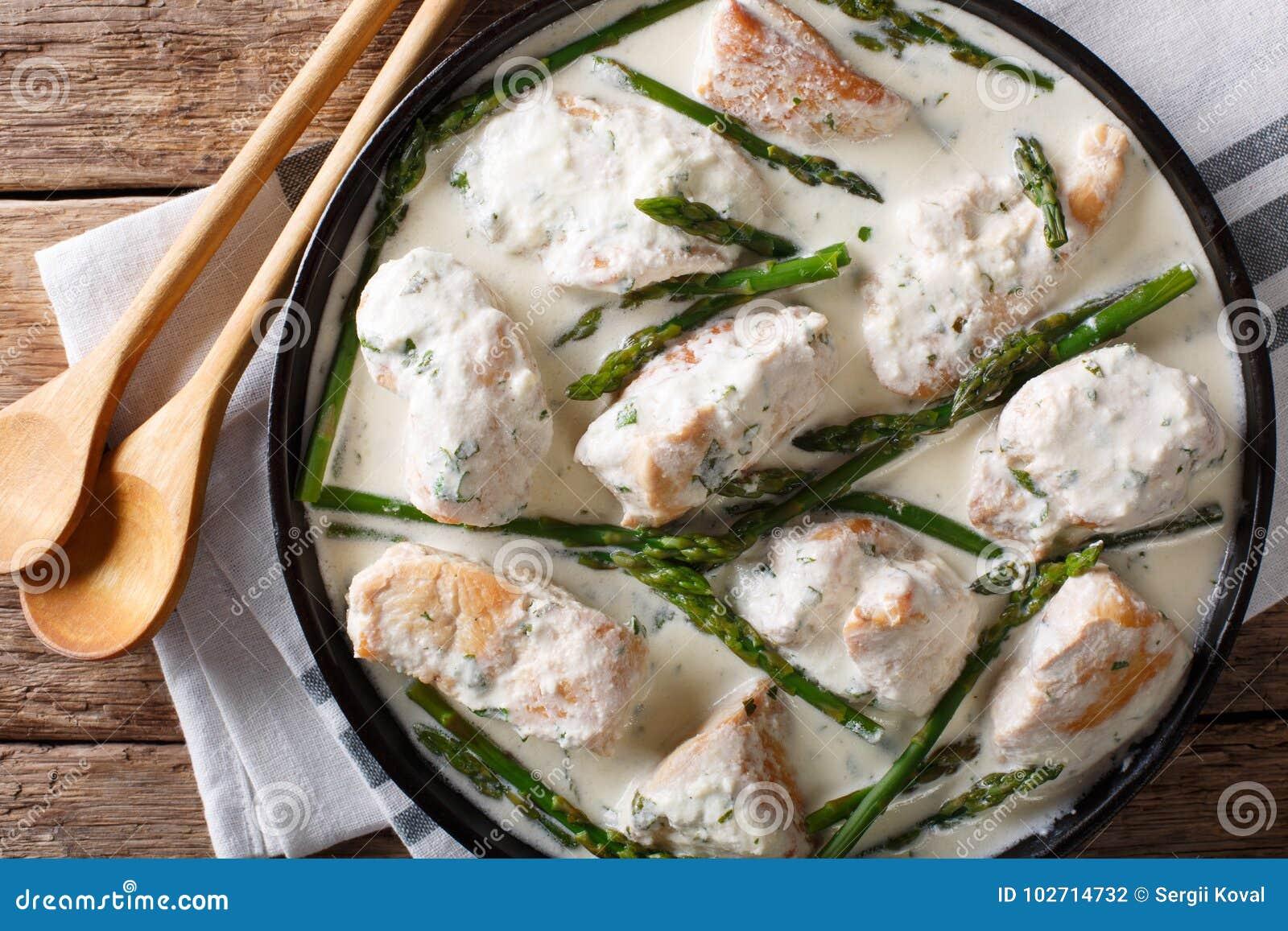 Filet de poulet avec l asperge dans un plan rapproché crémeux de sauce sur un pl