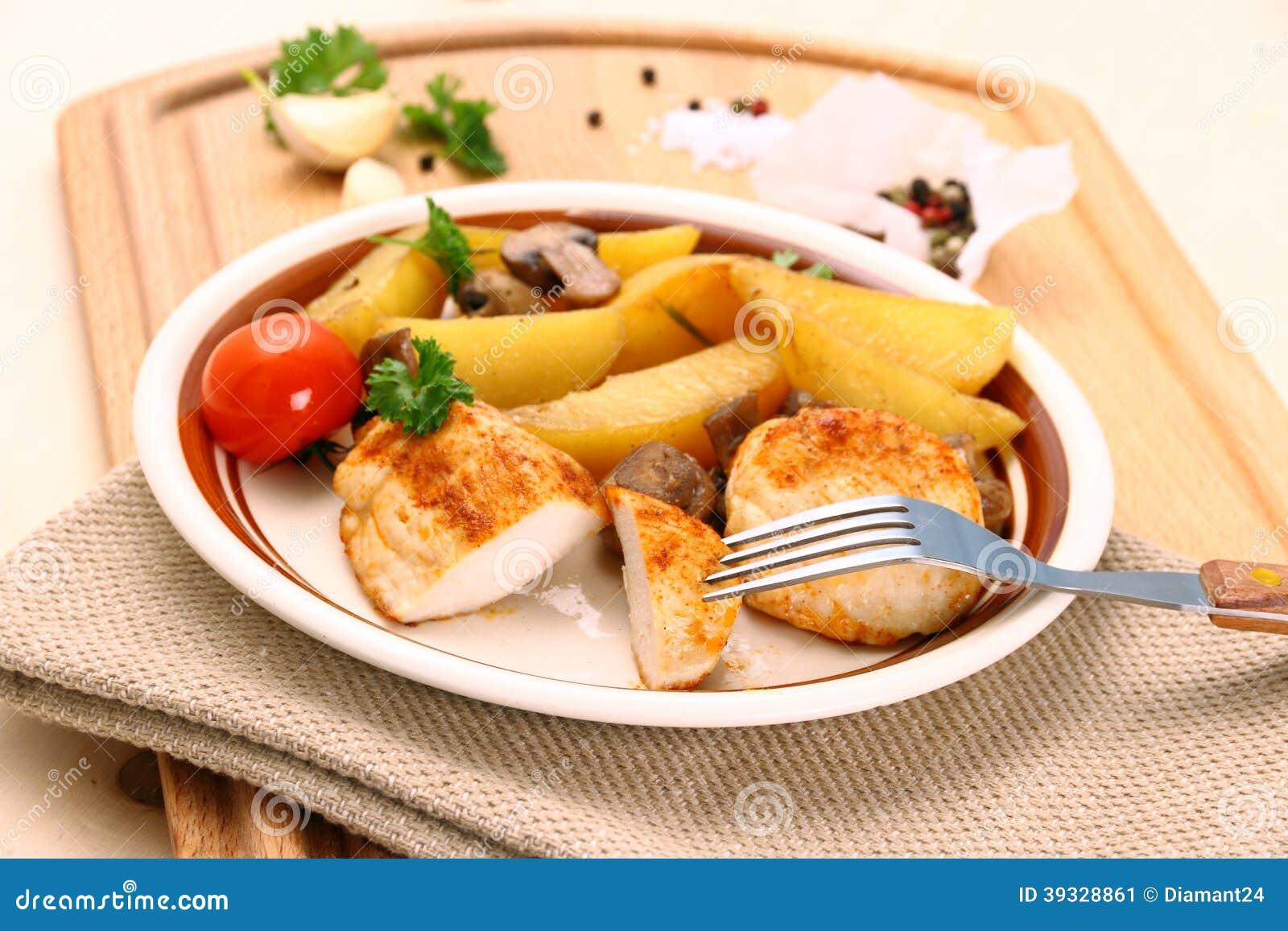 Filet de poulet avec les pommes de terre et le champignon de romarin