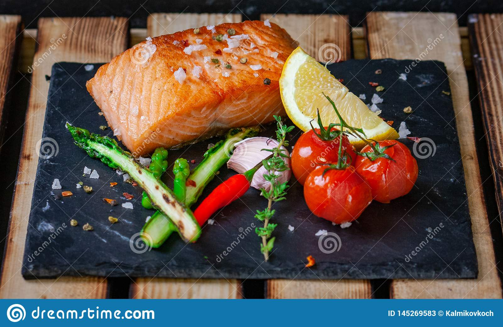 Filet grillé délicieux des saumons avec l asperge verte,