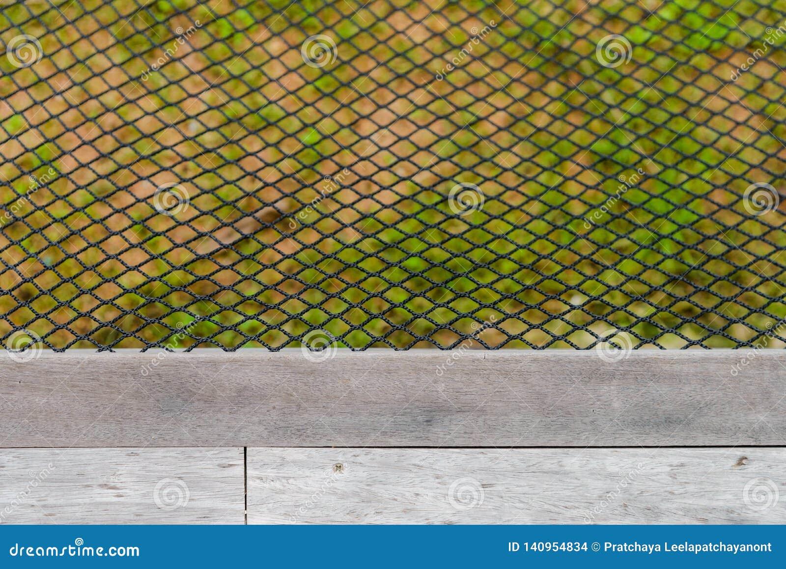 Filet noir d hamac de couleur près de plancher en bois
