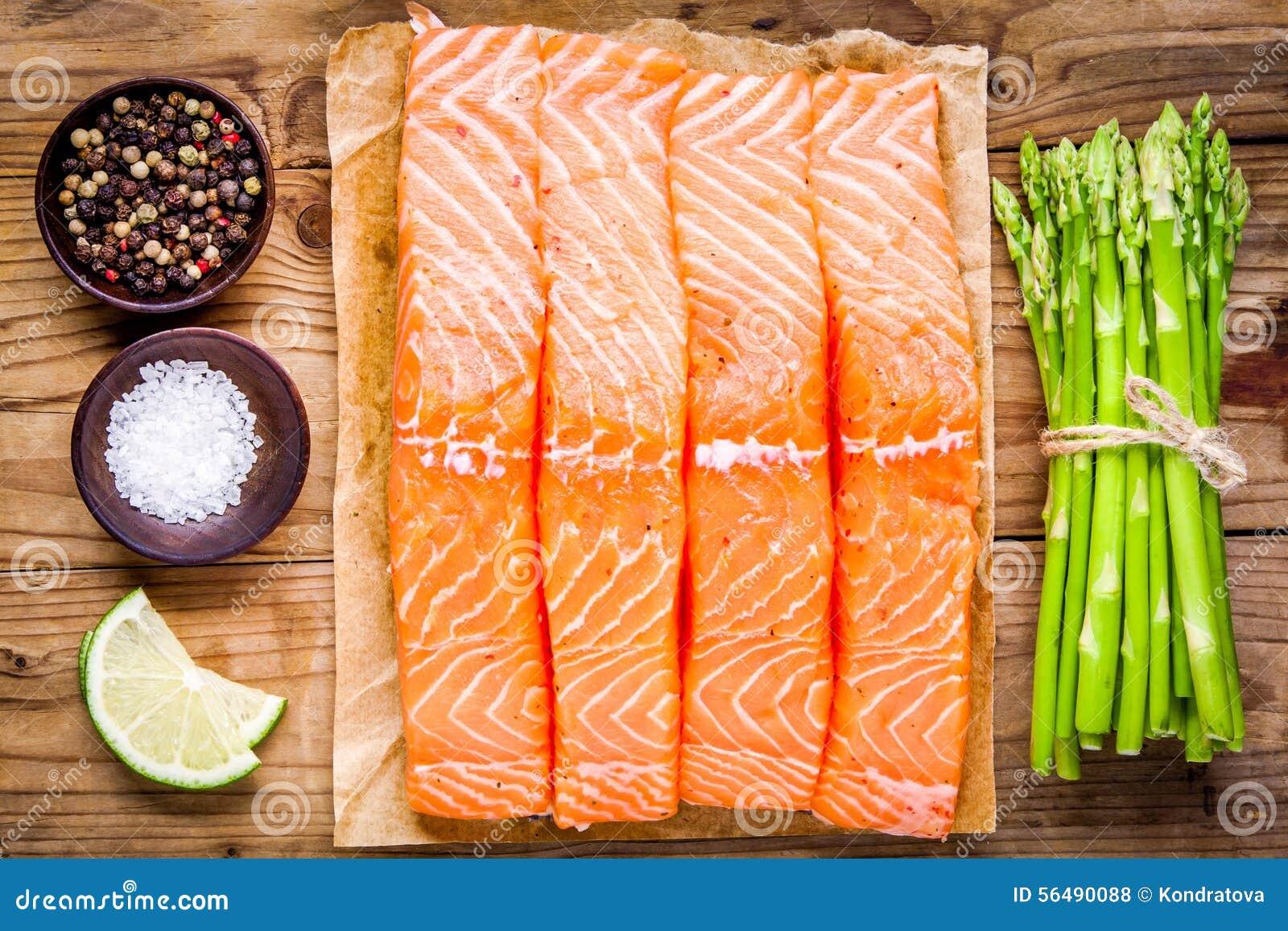 Filet saumoné cru frais avec la vue supérieure d asperge et de chaux