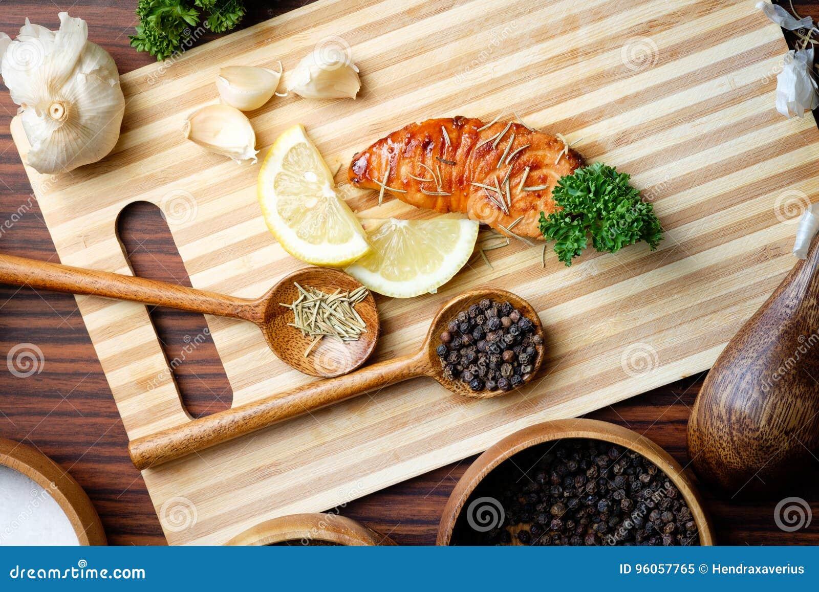 Filet saumoné grillé par casserole de vue supérieure