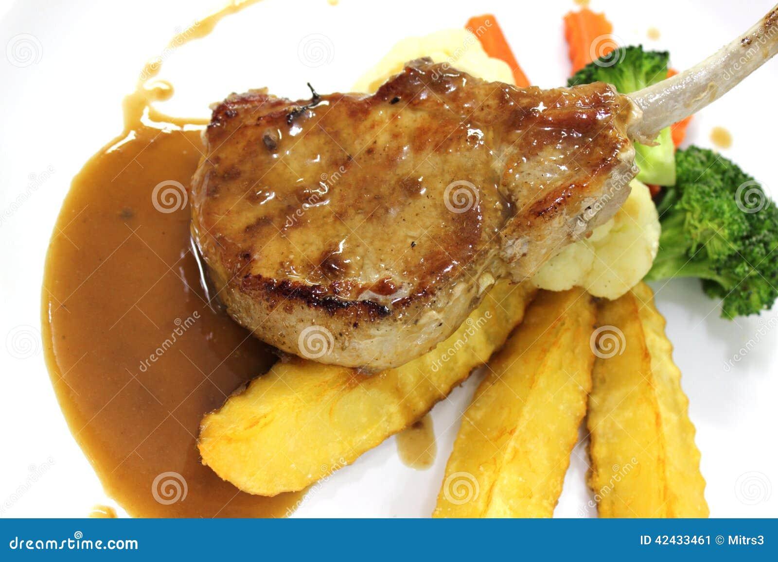 Filete asado a la parrilla del cordero con la salsa de pimienta picante