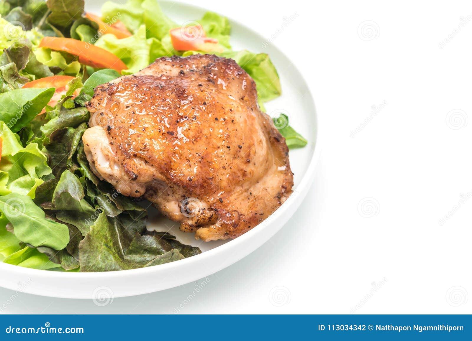 Filete asado a la parrilla del pollo con la ensalada vegetal