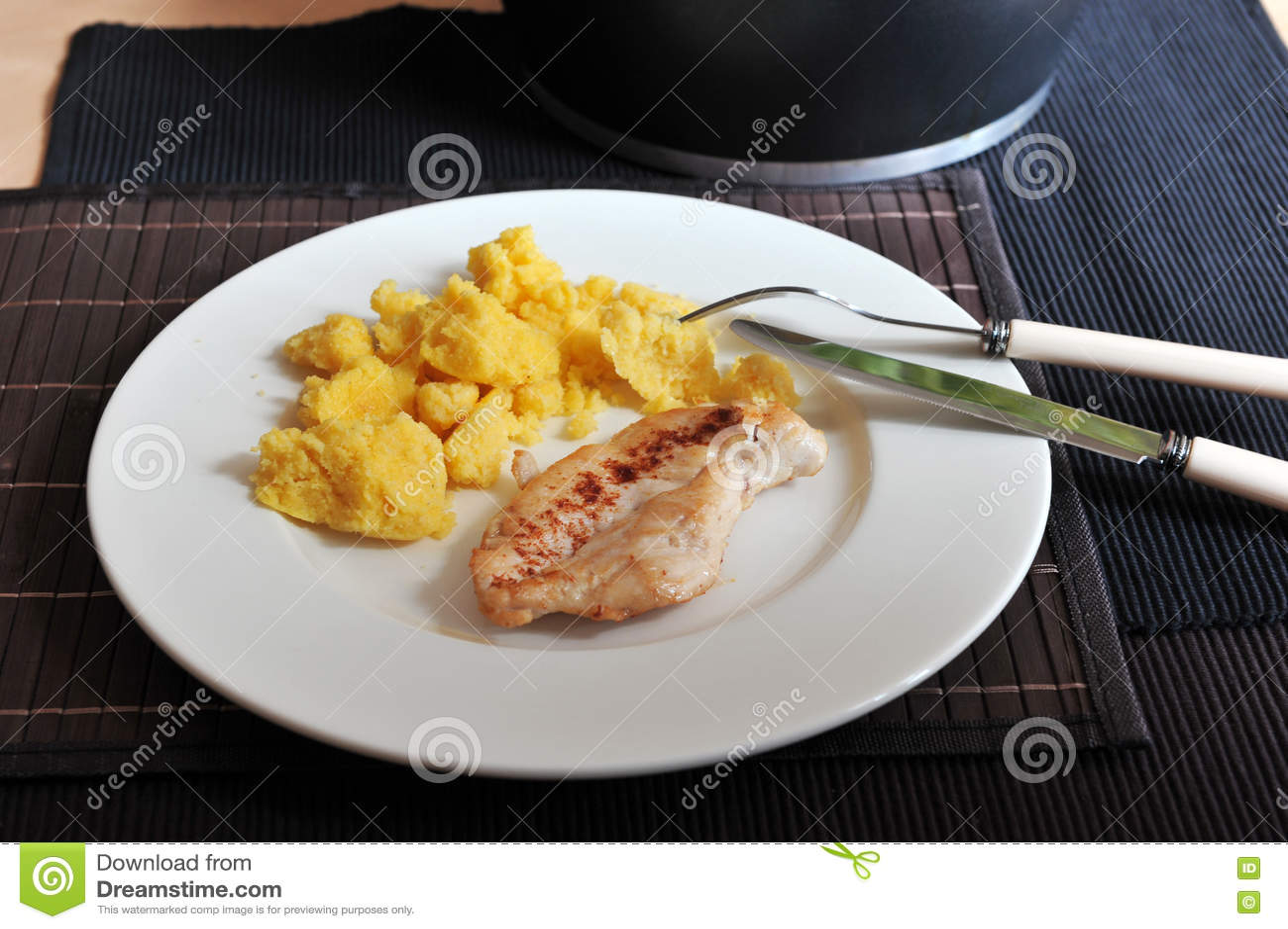 Filete Asado A La Parrilla Del Pollo Con Polenta Foto de archivo