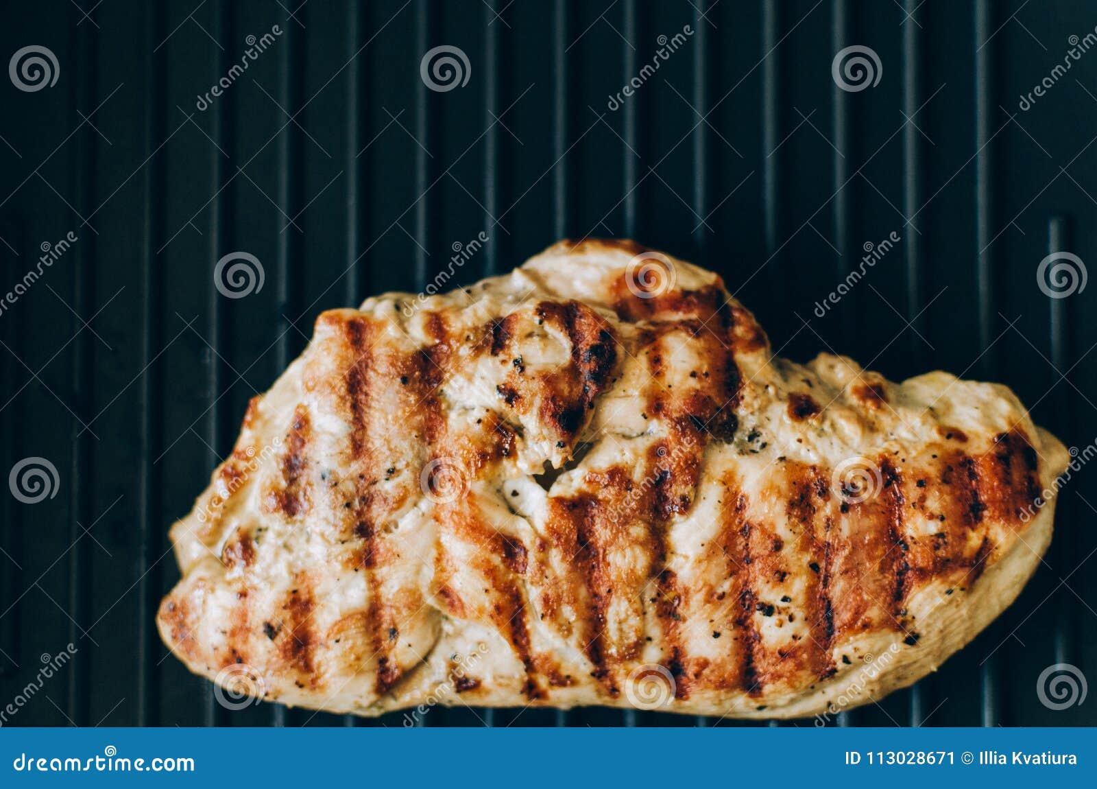 Filete asado a la parrilla del pollo en la parrilla