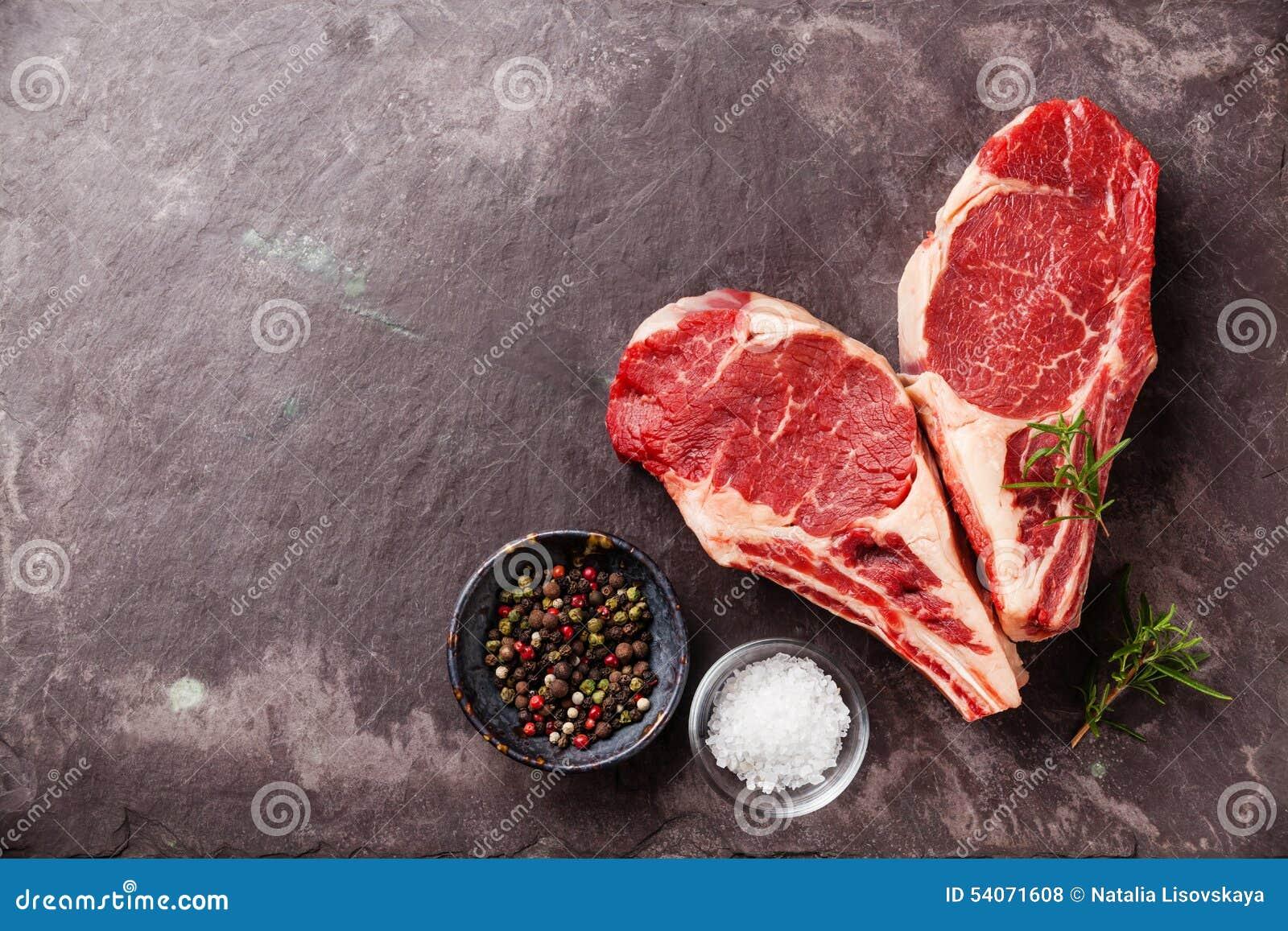 Filete crudo de Ribeye de la carne fresca de la forma del corazón