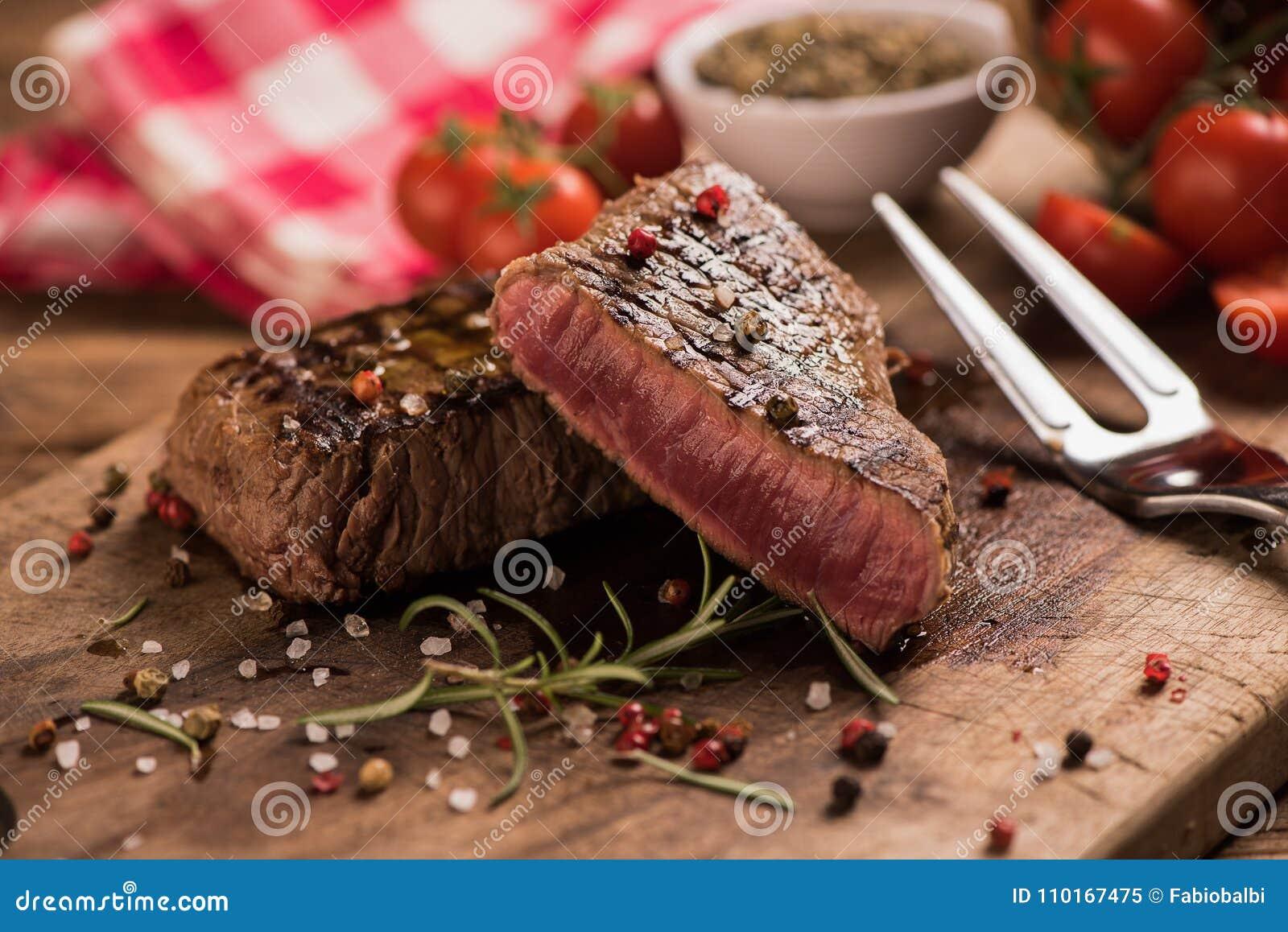 Filete de carne de vaca delicioso en la tabla de madera