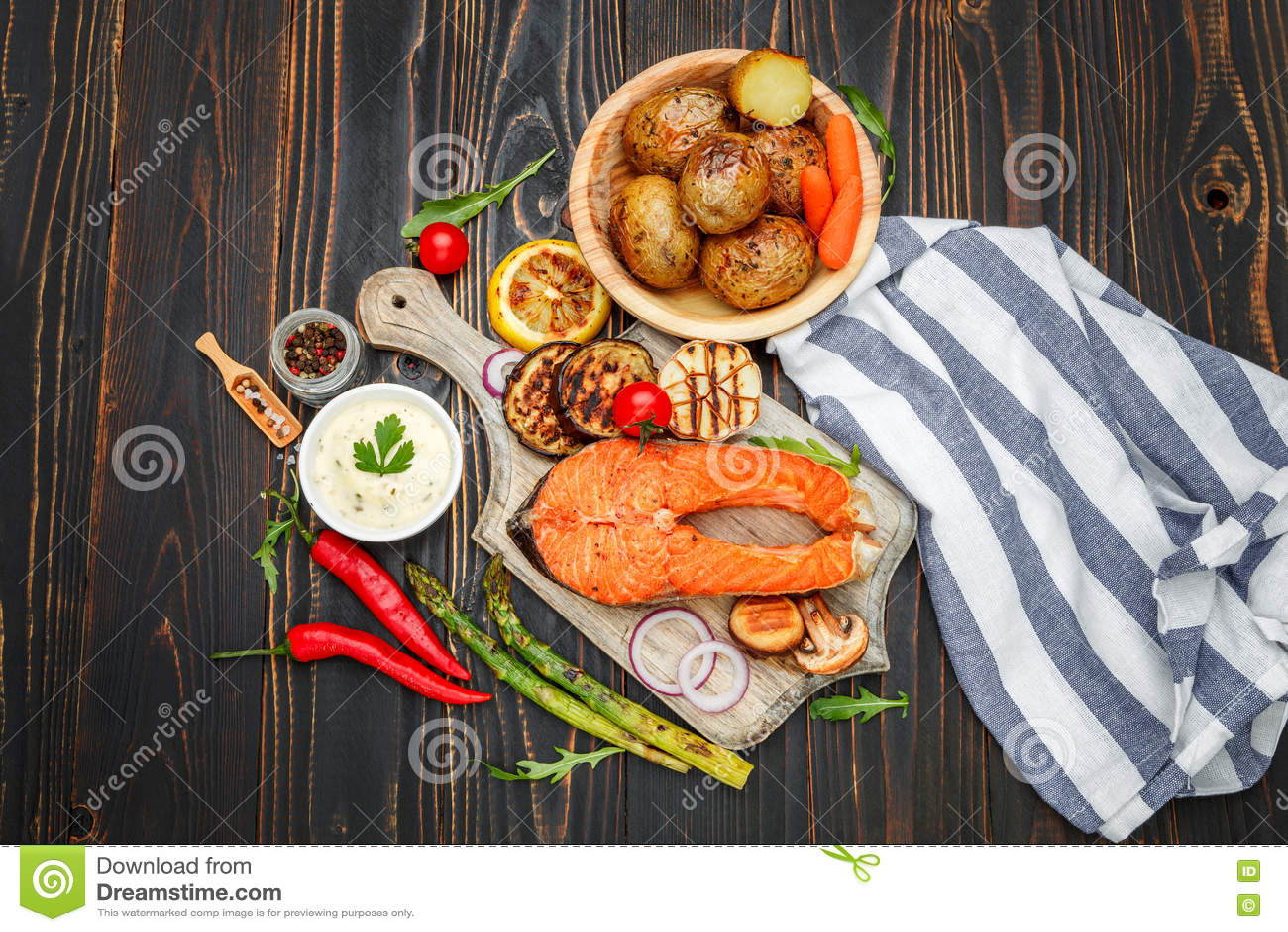 Filete de color salmón asado curruscante