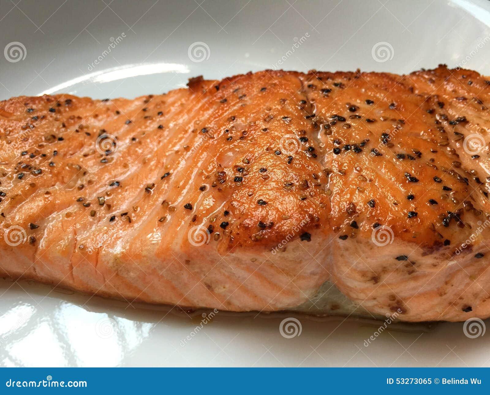 Filete de color salmón asado a la parilla