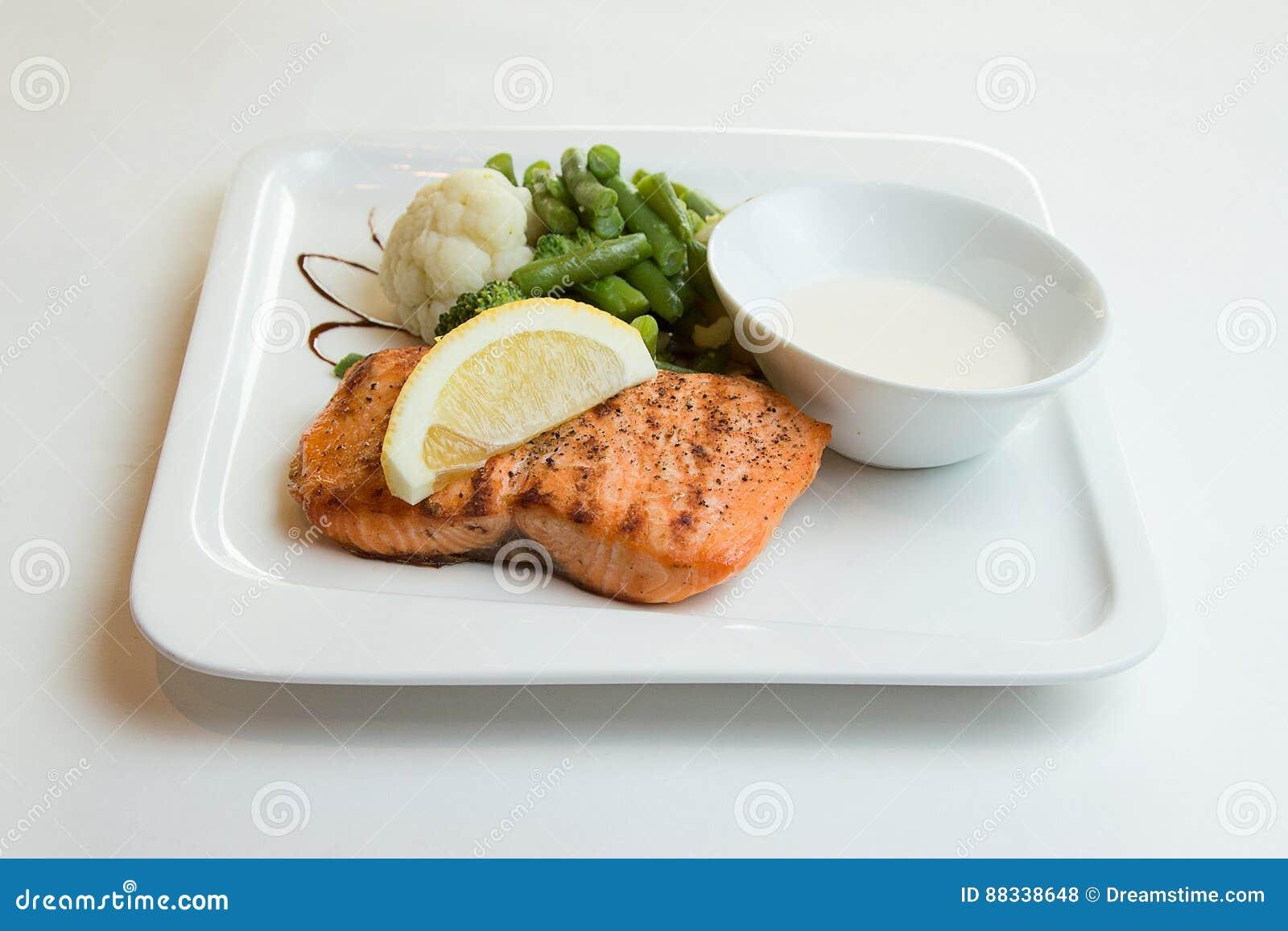 Filete de color salmón asado a la parrilla con el limón