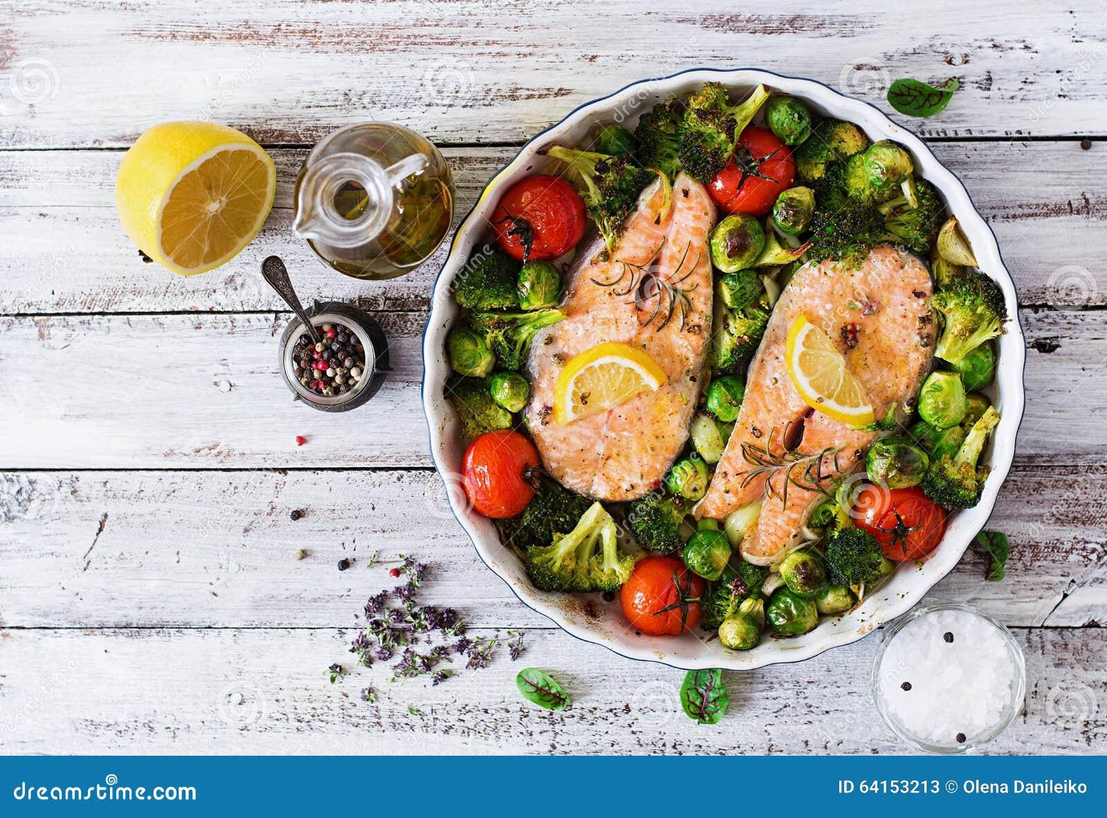 Filete de color salmón cocido con las verduras