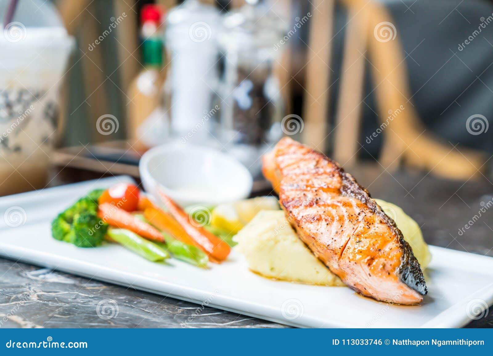 Filete de color salmón con la patata y la verdura de puré