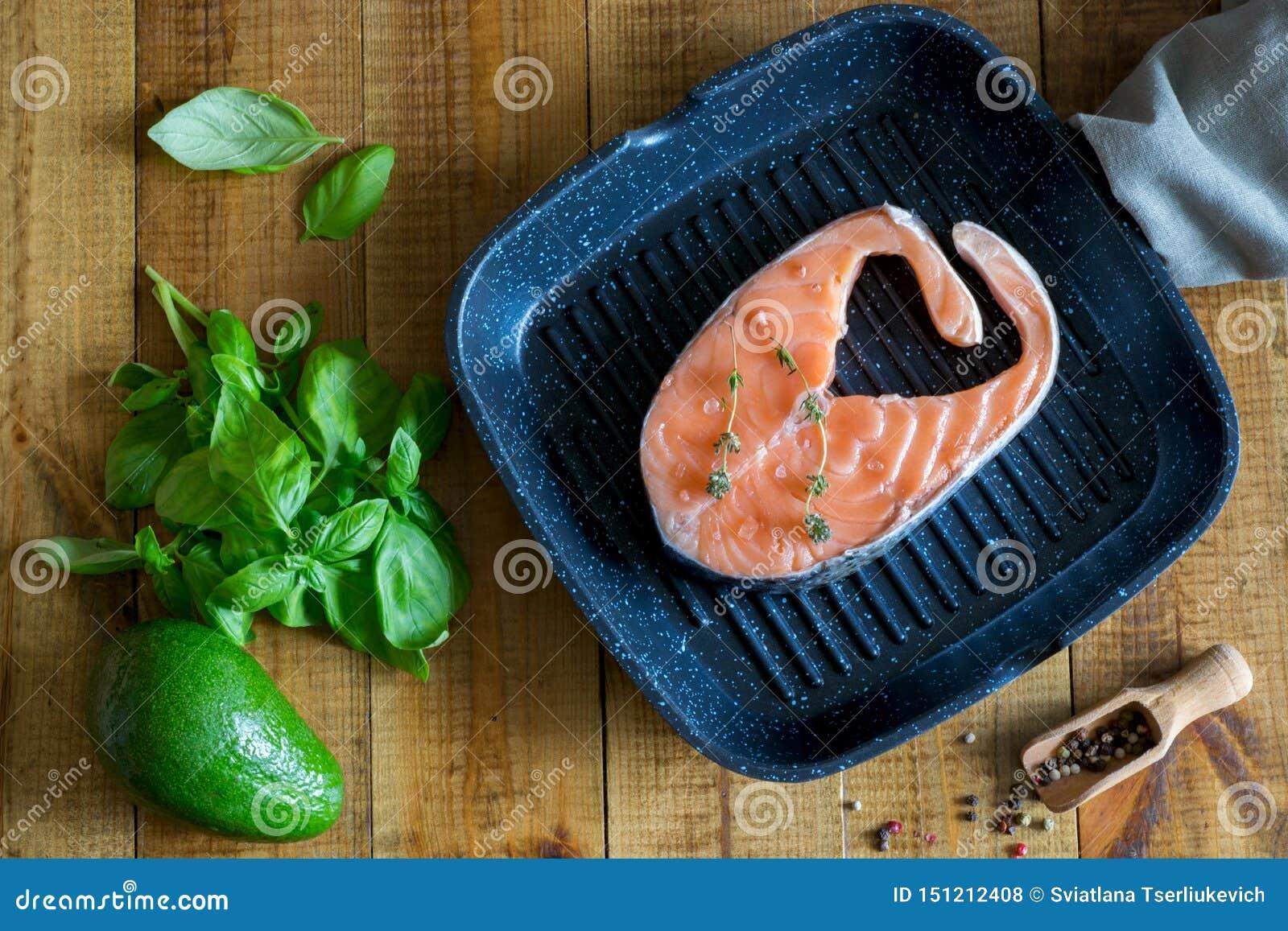 Filete de color salmón delicioso en la cacerola