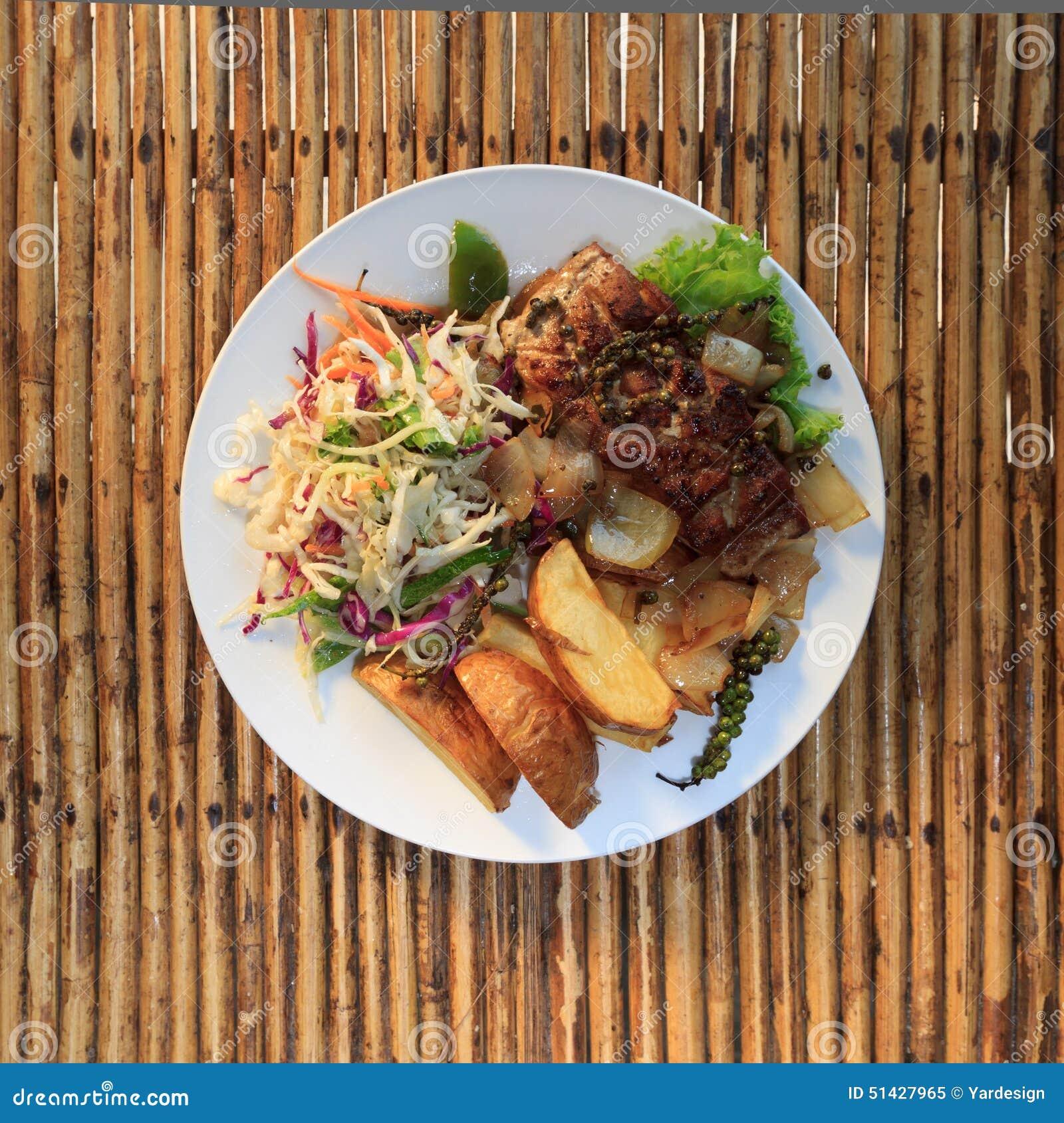 Filete de la barracuda del Khmer con la ensalada vegetal