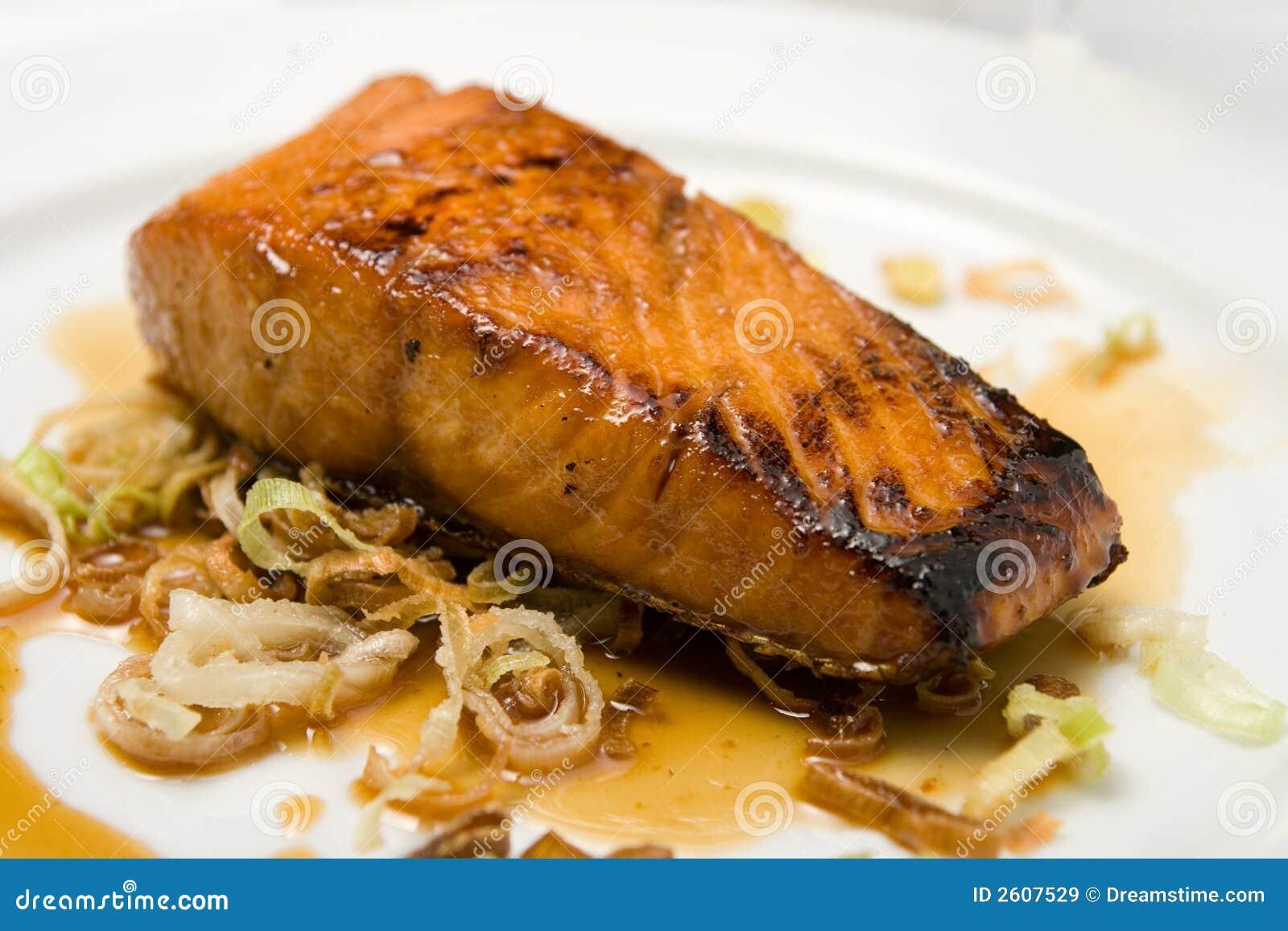 Filete de pescados asado a la parilla en una placa