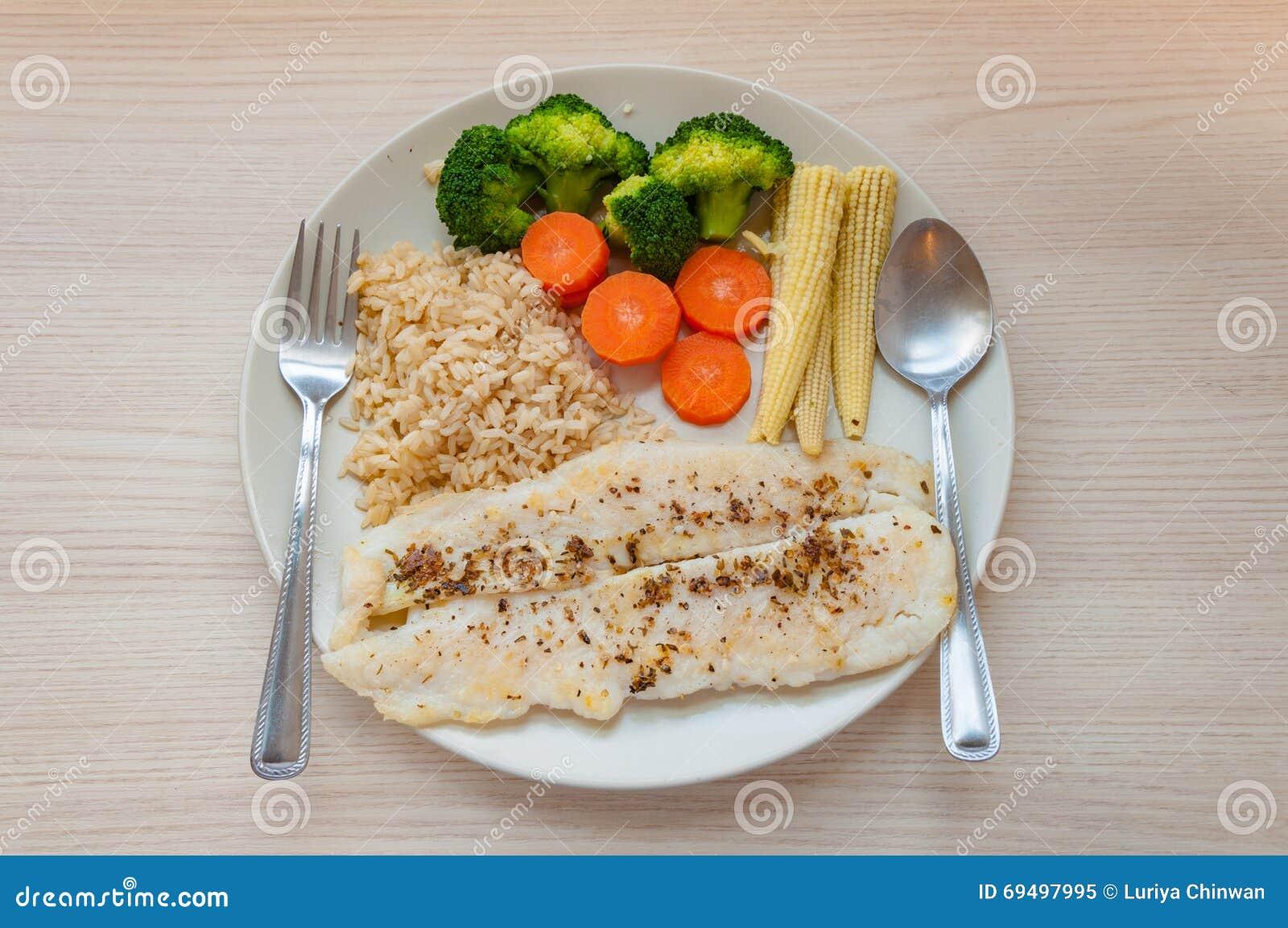 Filete de prendedero sabroso de pescados con las verduras - Arroz con pescado y verduras ...