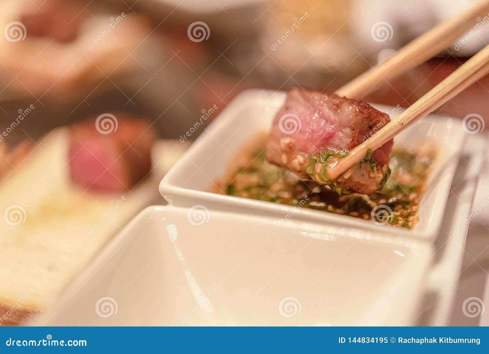 Filete del ojo de la costilla de la barbacoa, foco seleccionado en un filete envejecido seco del bistec de costilla de Wagyu en l