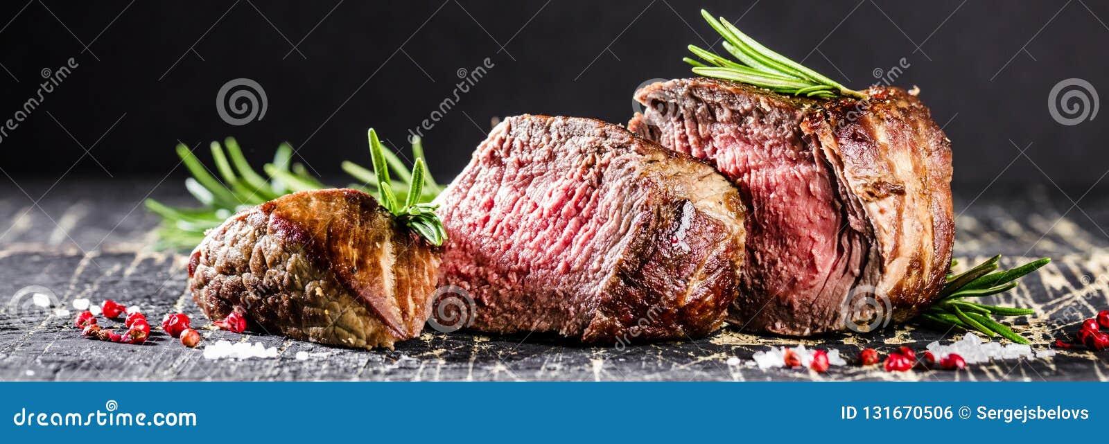 Filete y verduras asados a la parrilla sanos de carne de vaca del hecho con las patatas asadas