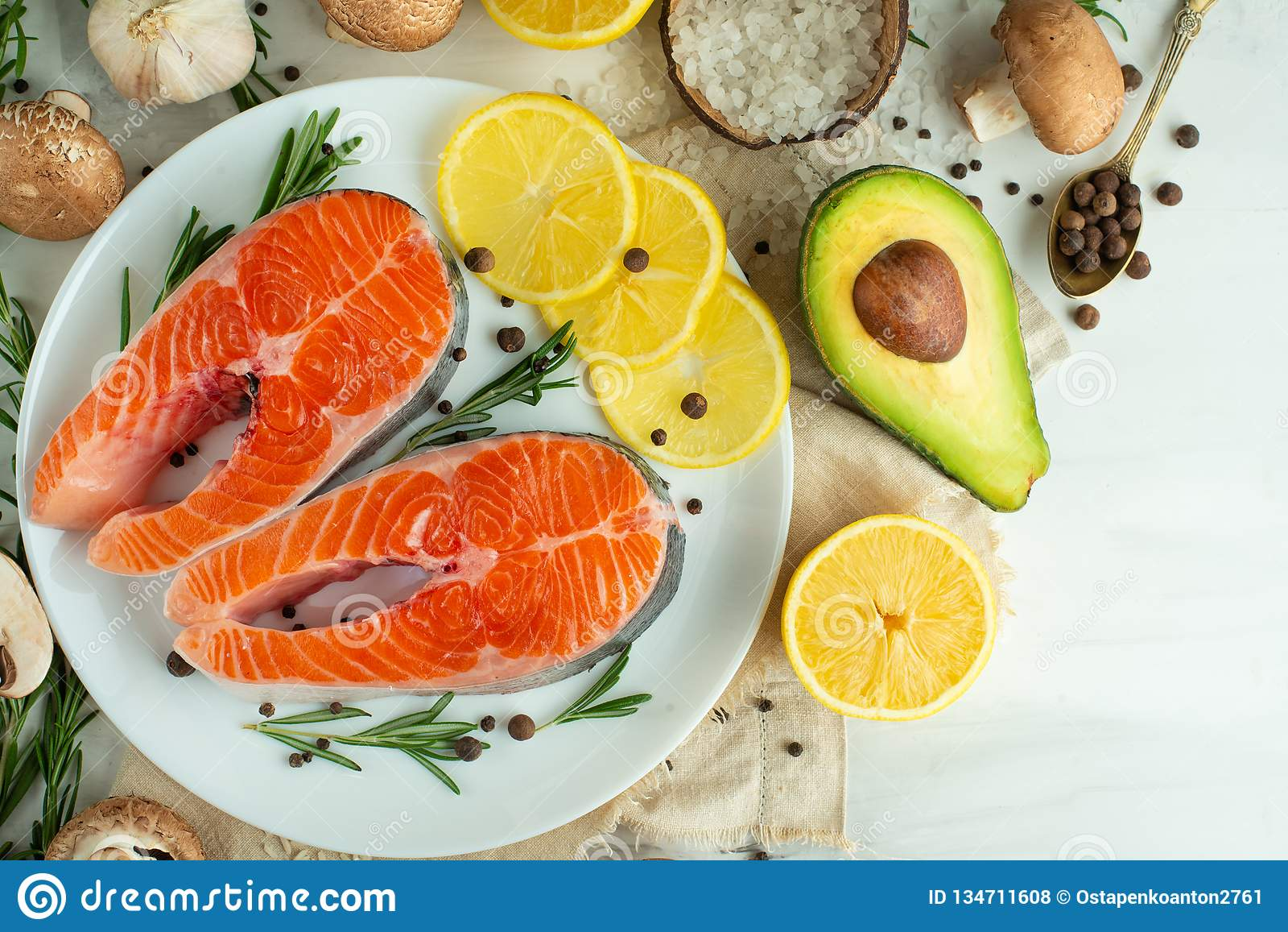 Filetes de pescados frescos deliciosos, salmones, trucha Con las verduras, la tienda de delicatessen, la comida del vegano, la di