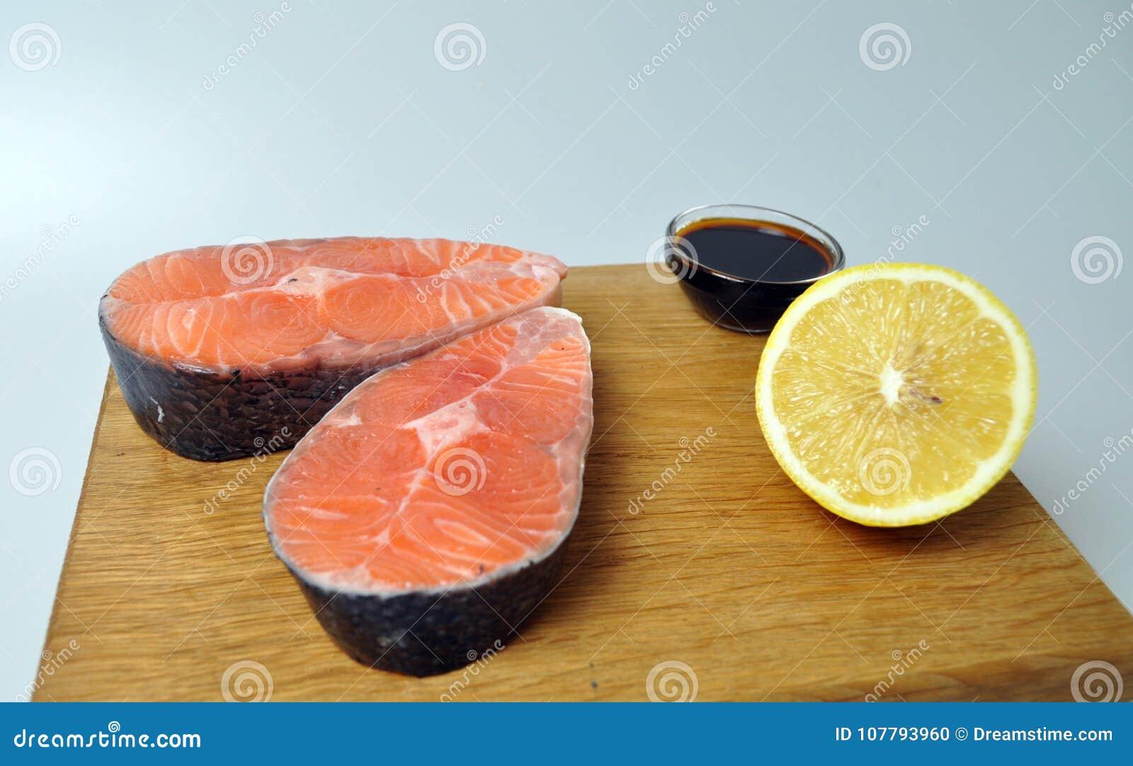 Filetes de pescados rojos con el limón y la salsa