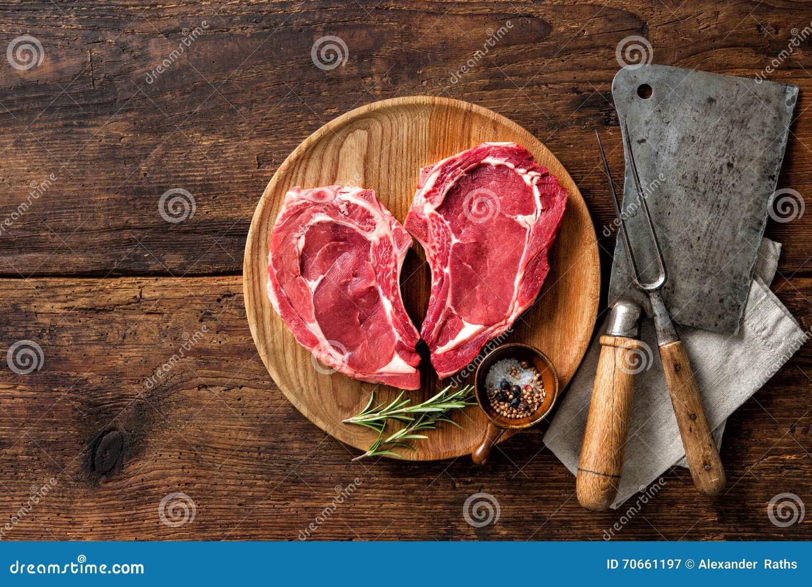 Filetes frescos crudos de la carne de la ternera de la forma del corazón