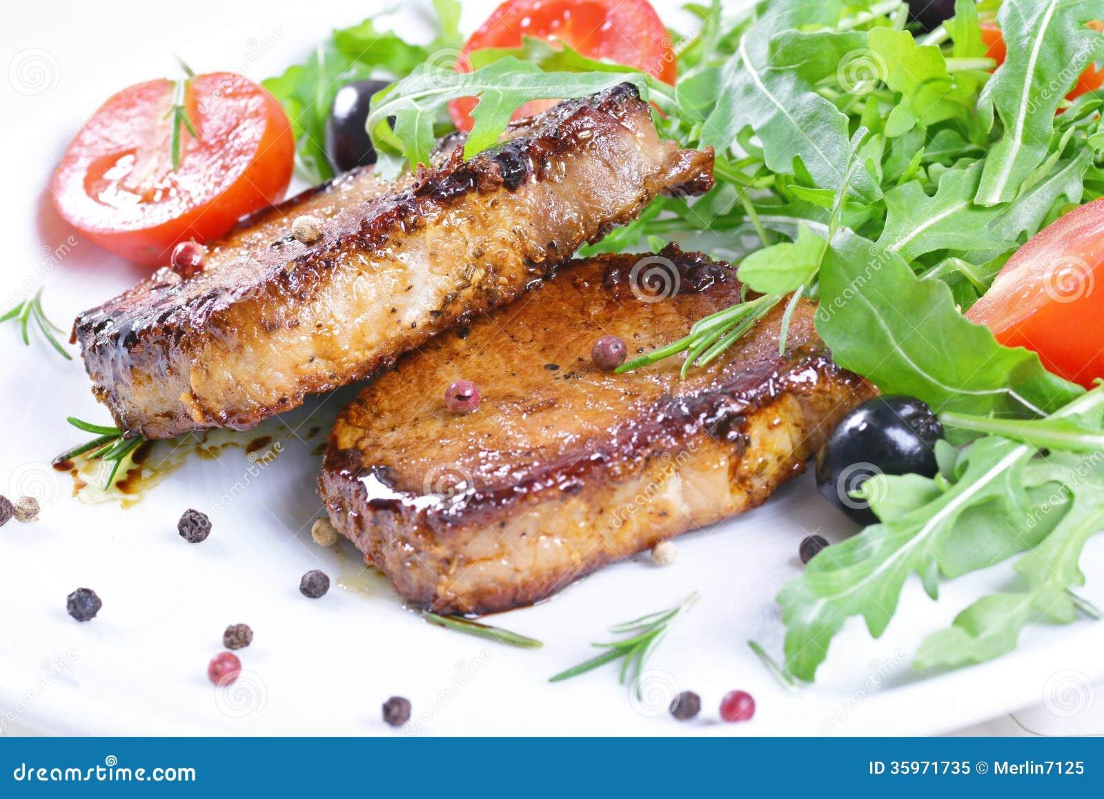 Filetes y verduras asados a la parrilla.