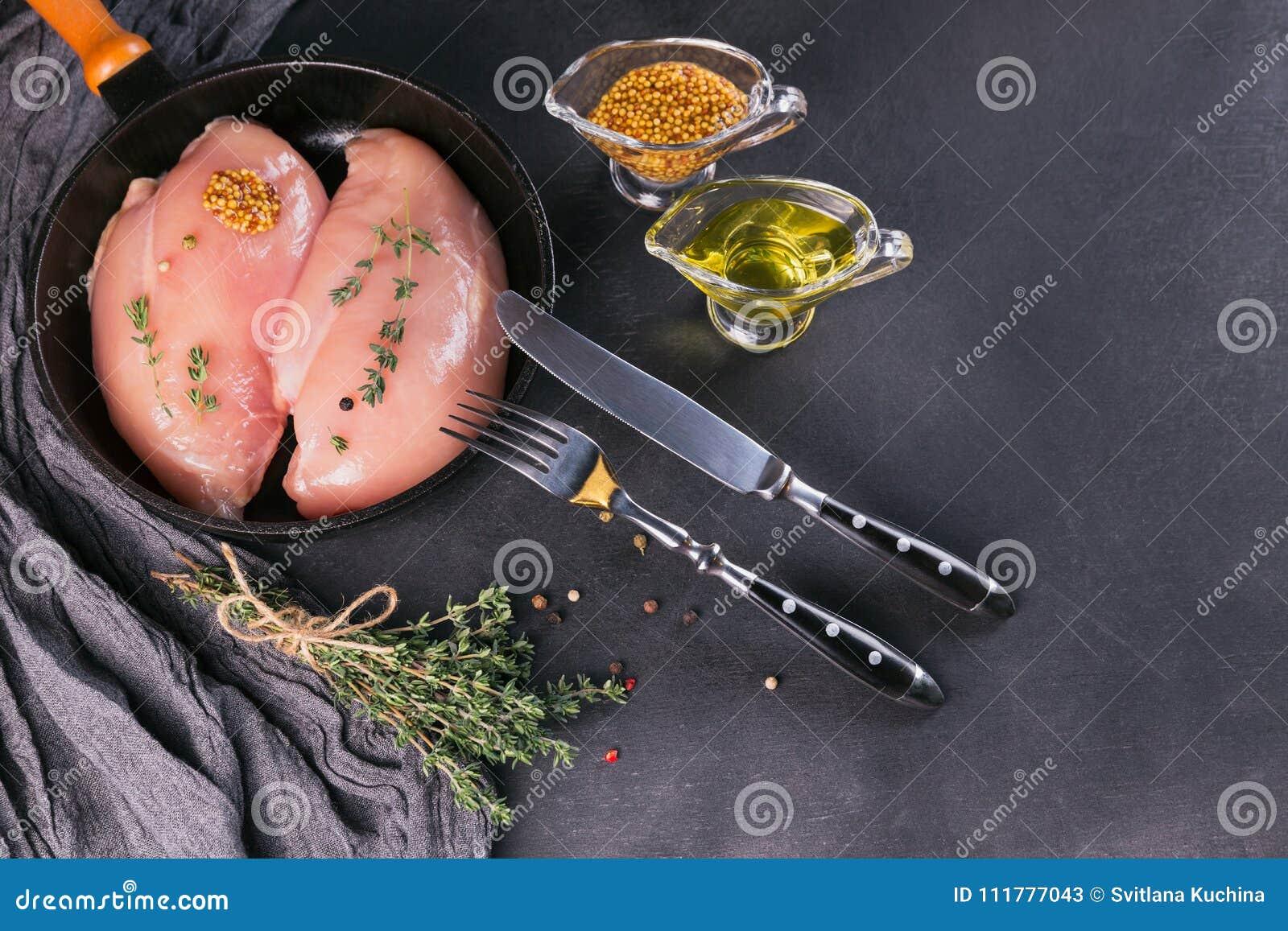 Filets crus de poulet avec des épices et des herbes
