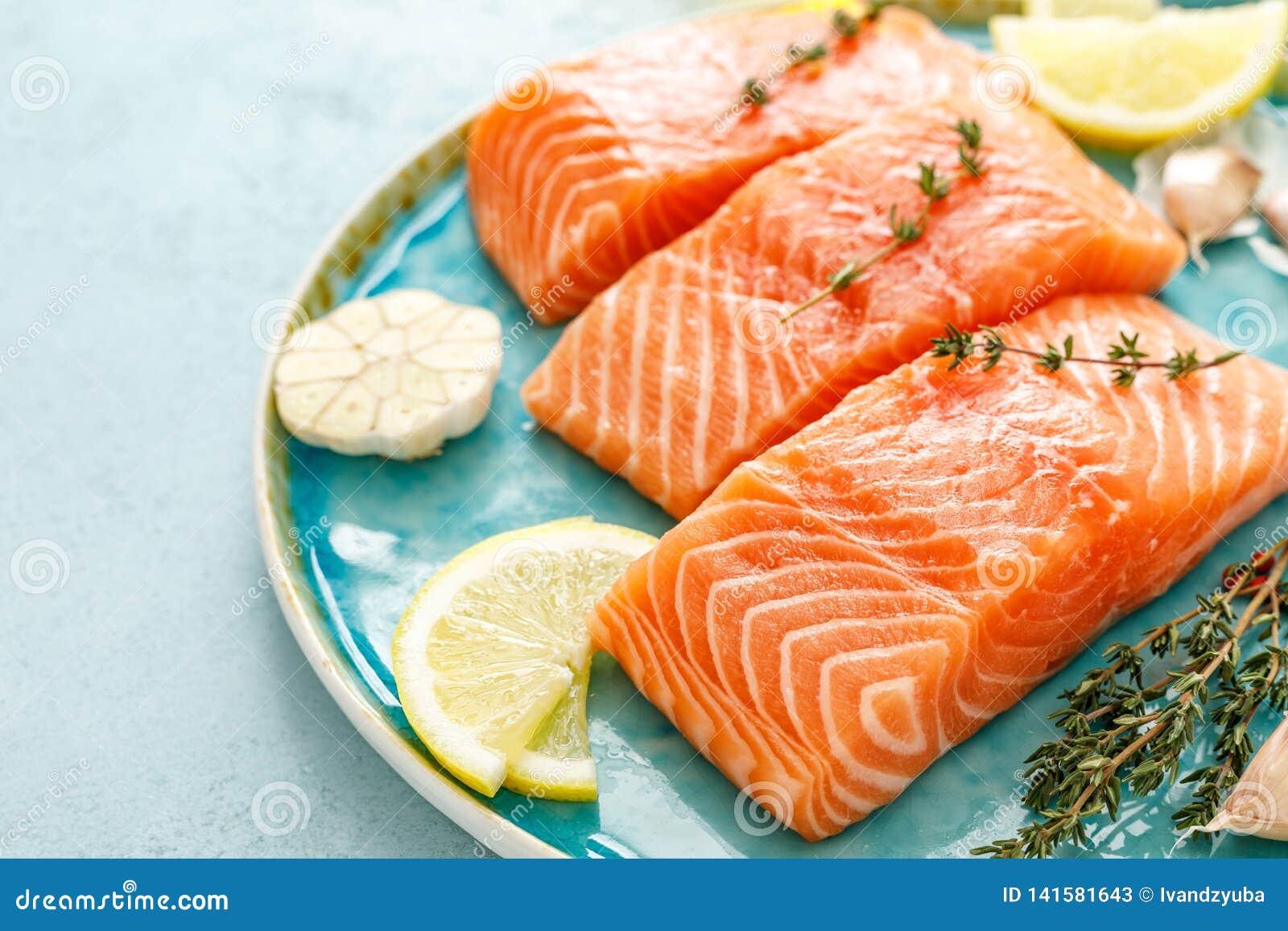 Filets crus frais saumonés ou de truite avec des ingrédients