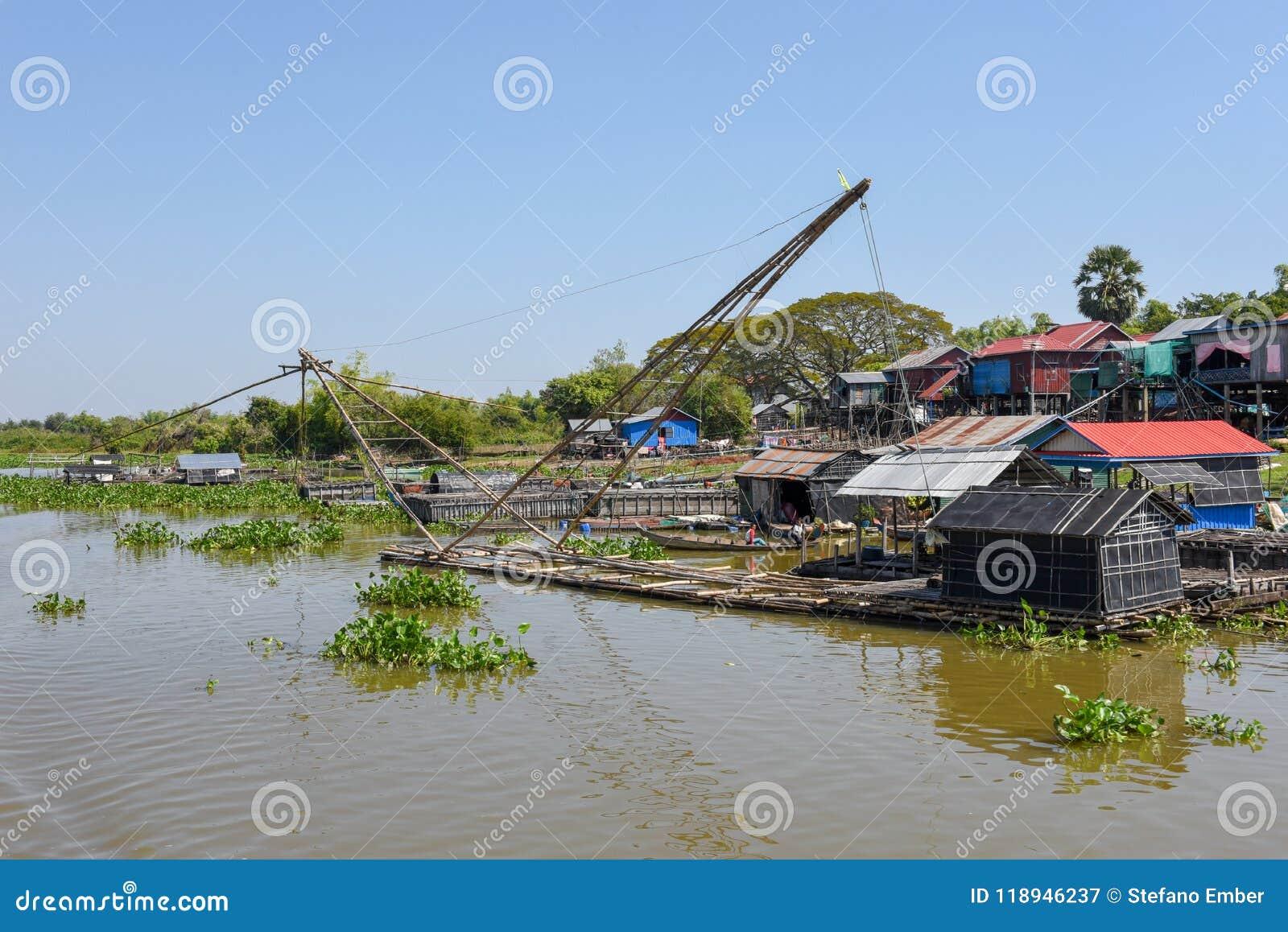 Filets en rivière de tributaire vers le lac sap de Tonle