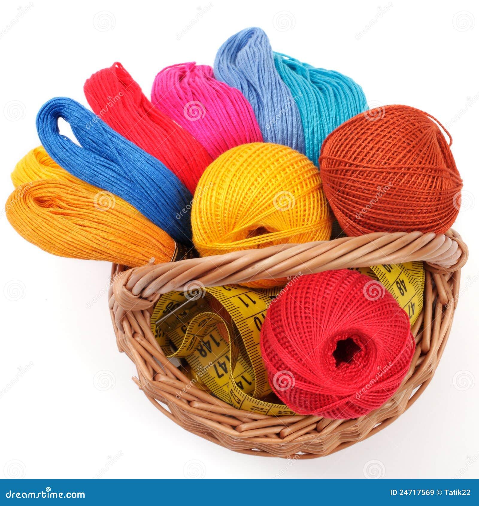 Cestini Da Lavoro Per Cucito filetti colorati per cucito nel cestino immagine stock