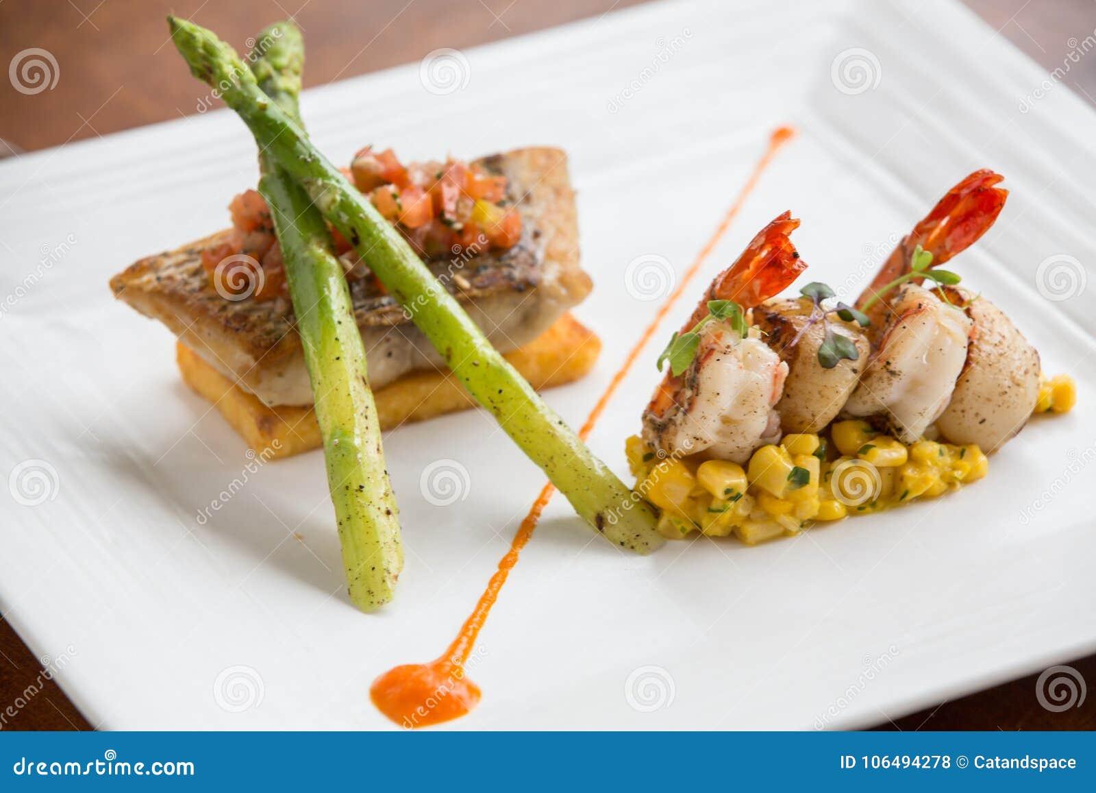 Filetto Di Pesce Fritto Di Haute Cuisine Del Barramundi Con I