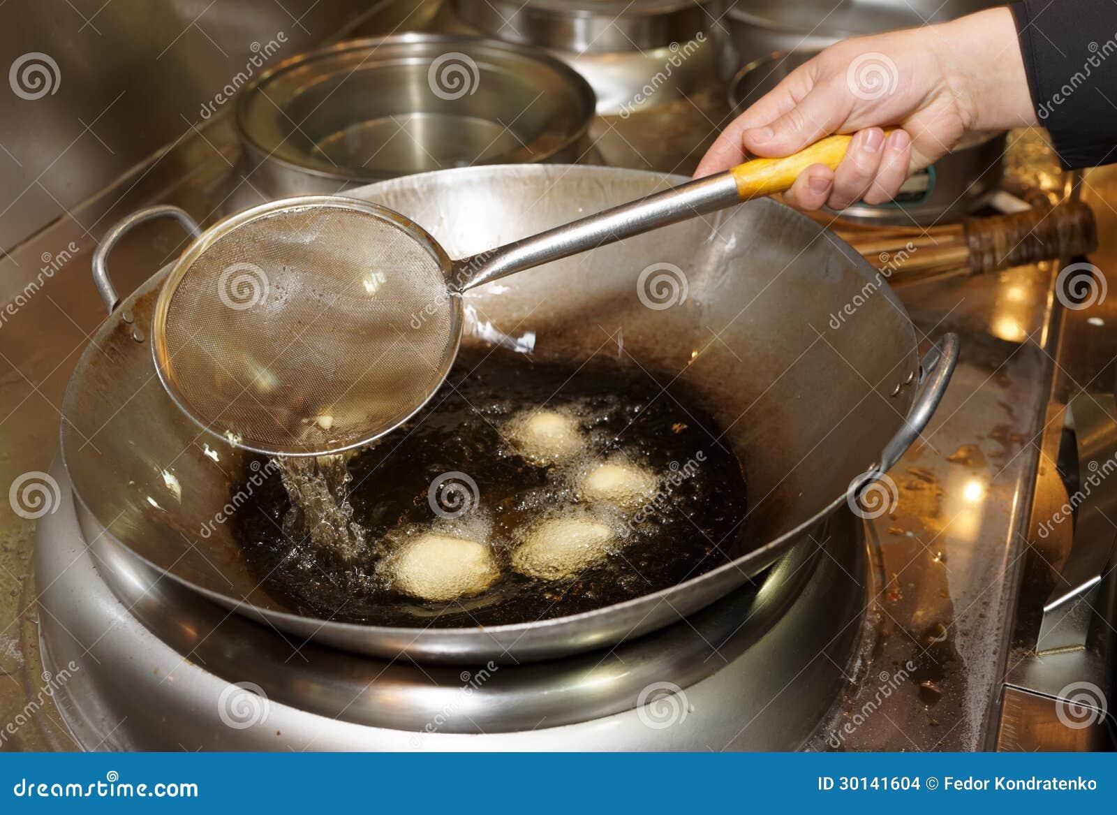 Filhóses que estão sendo fritadas no óleo