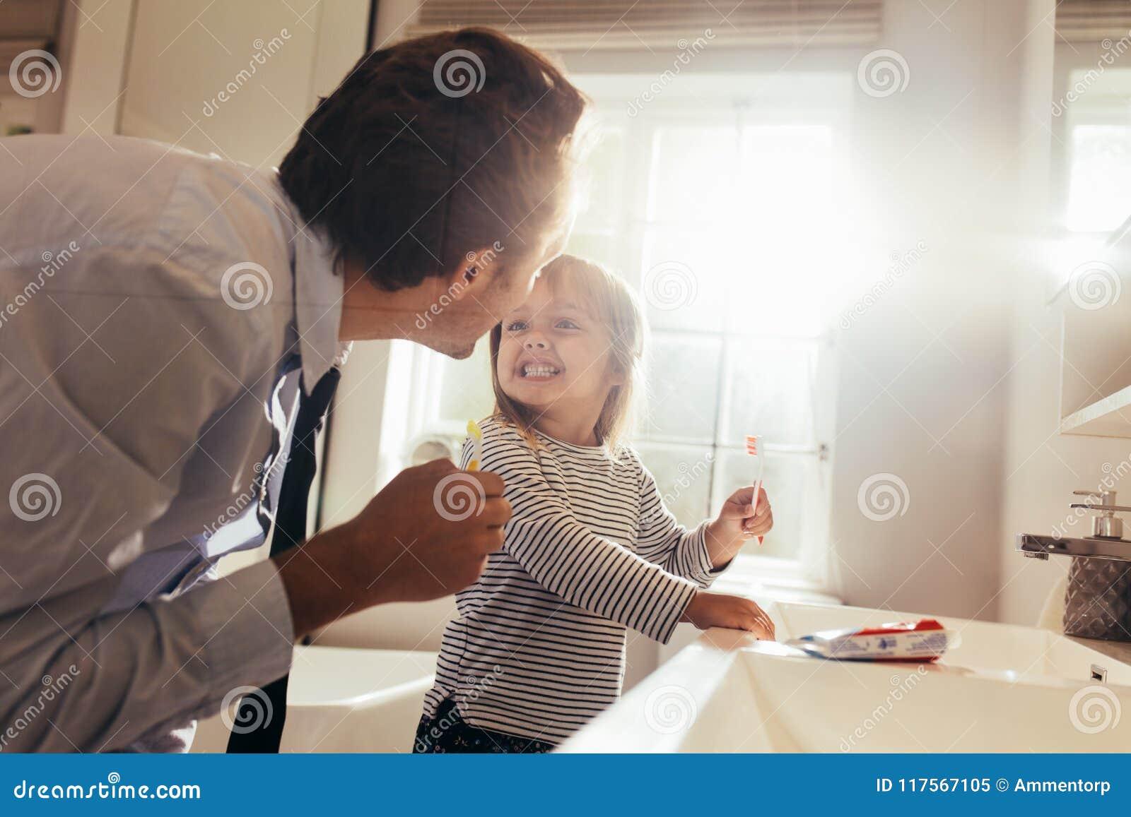 Filha de ensino do pai como escovar os dentes