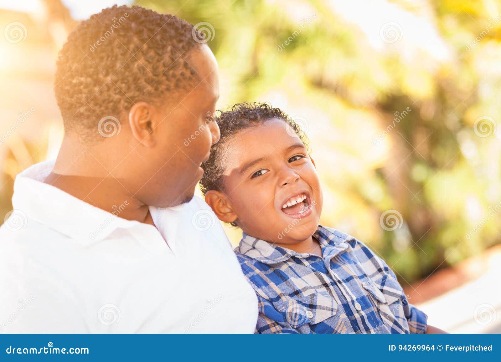 Filho da raça misturada e pai Playing Outdoors do afro-americano