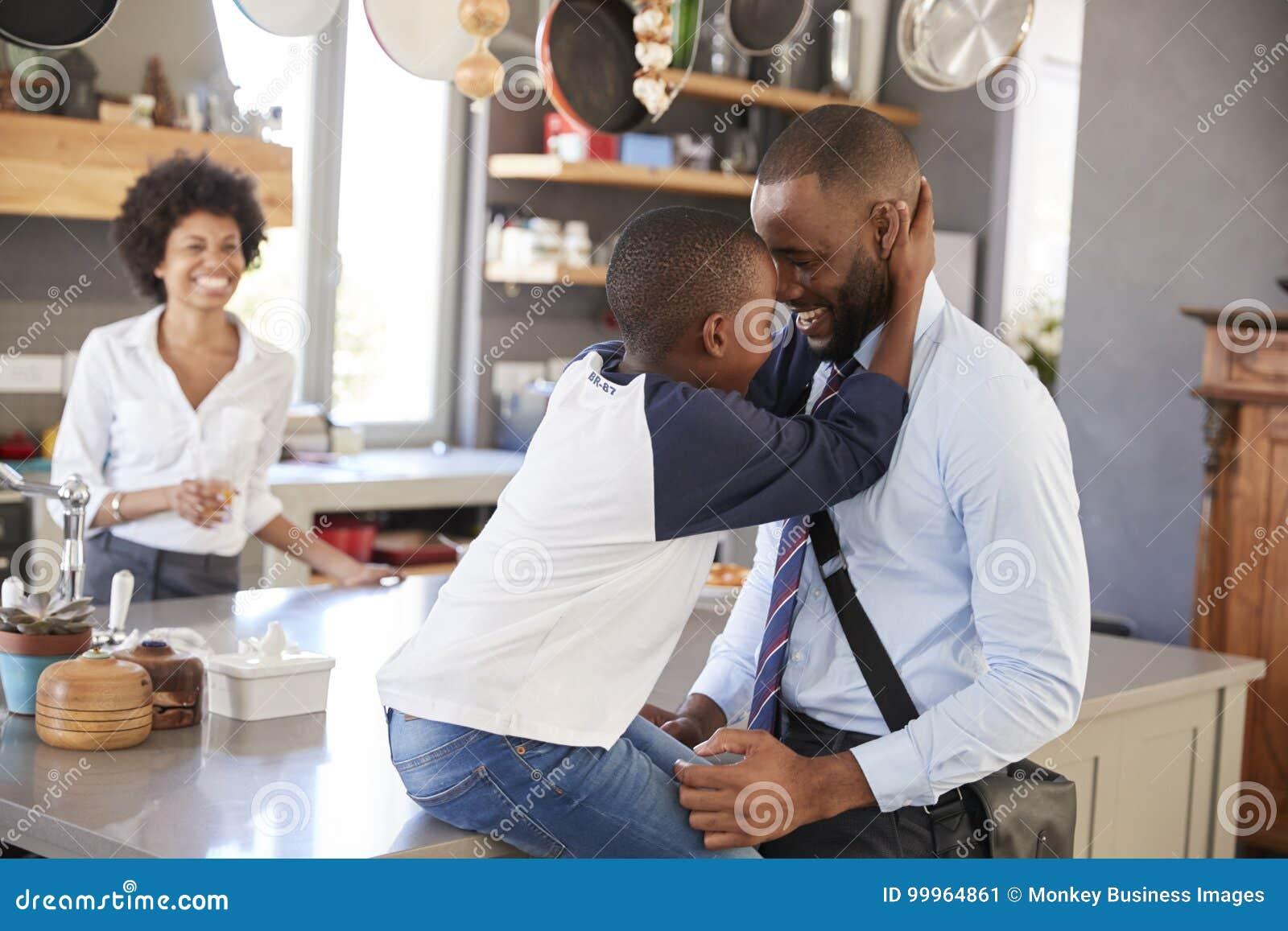 Filho de Saying Goodbye To do pai como sae para o trabalho