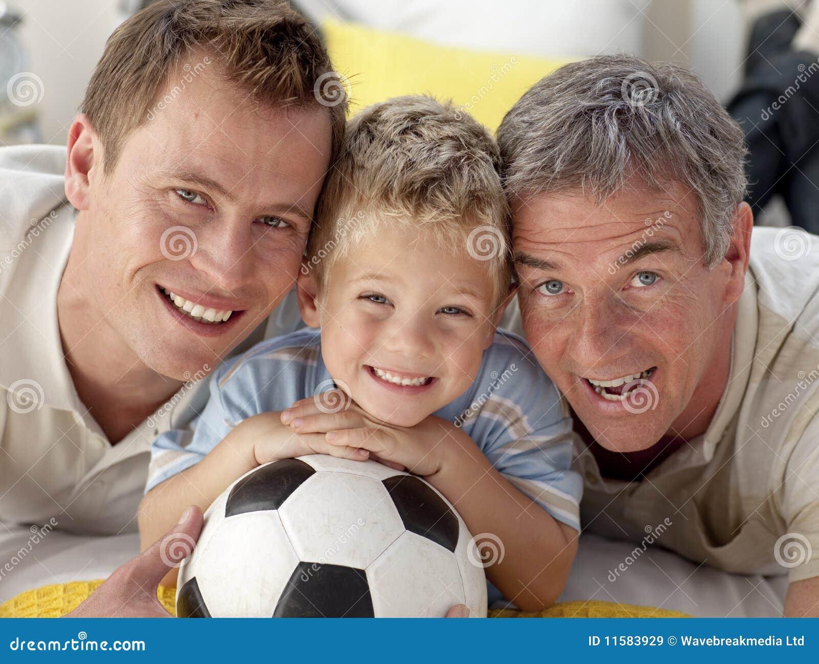 Filho, pai e avô de sorriso no assoalho