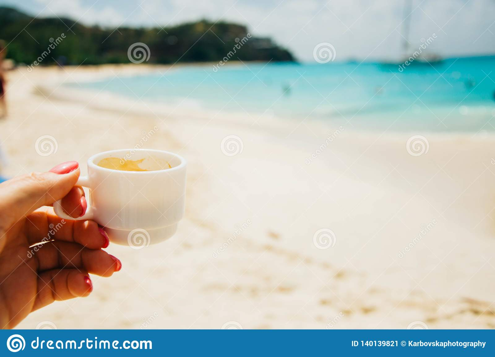 Filiżanka kawy w dziewczyny ręce