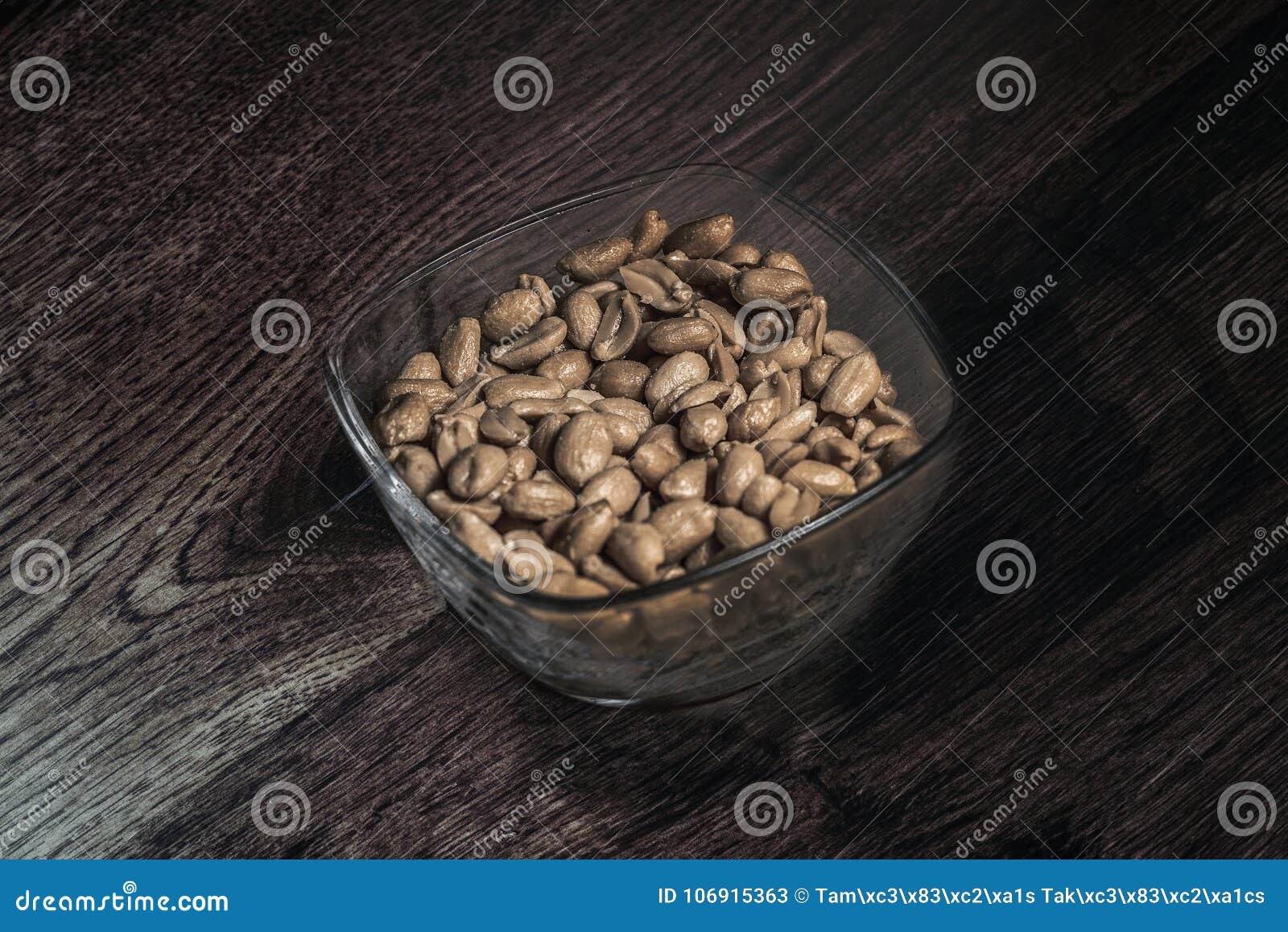 Filiżanka arachidy umieszczający na podłoga, staromodnej