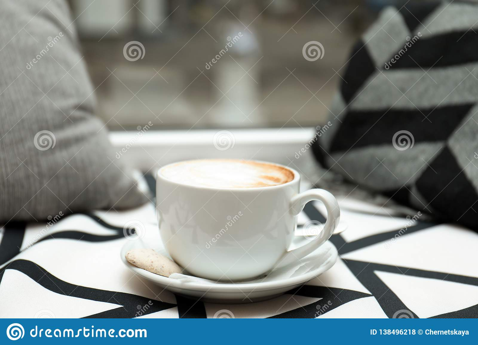 Filiżanka aromatyczny cacao na stole przeciw zamazanemu tłu