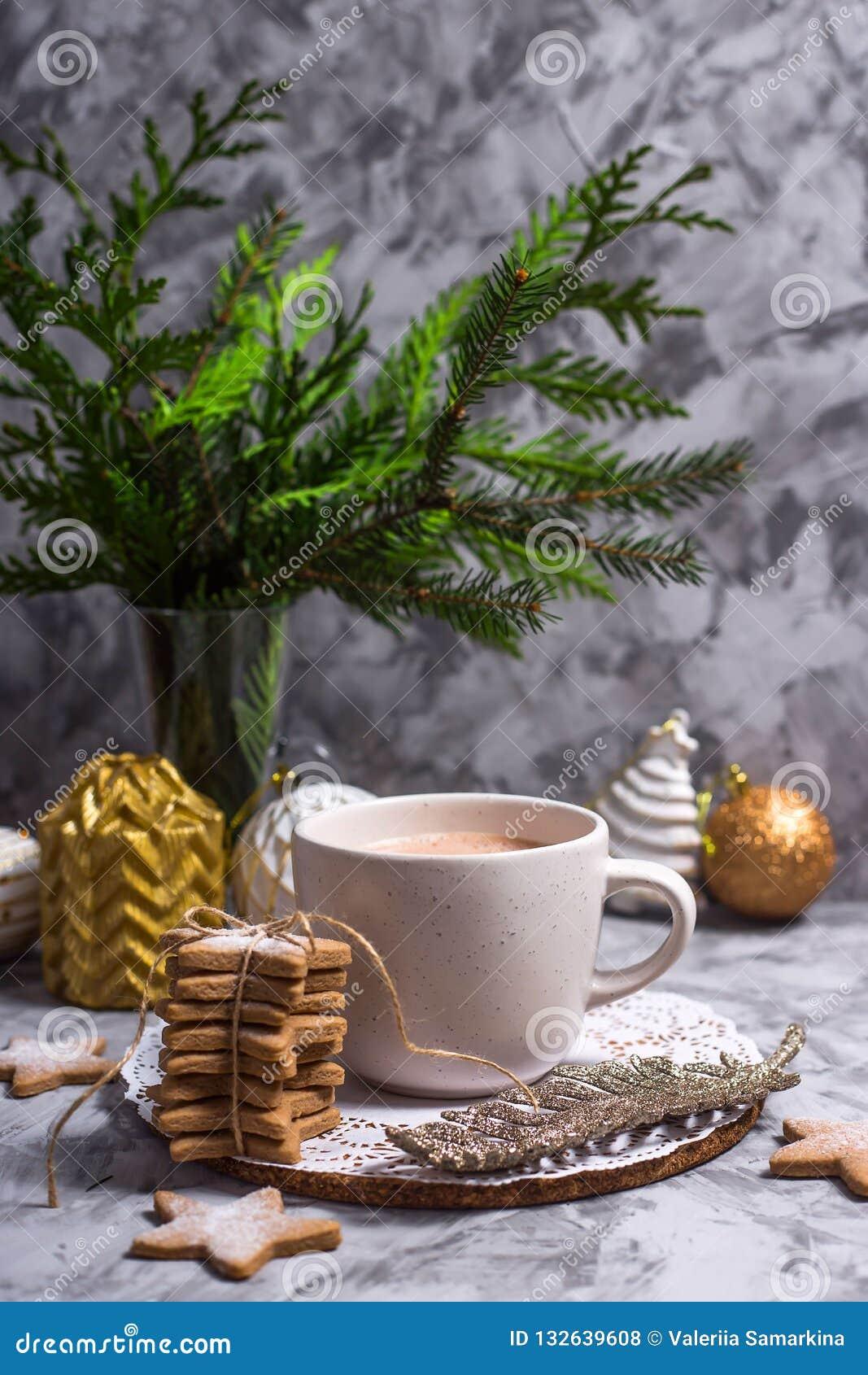 Filiżanka gorący kakao w wigilię bożych narodzeń