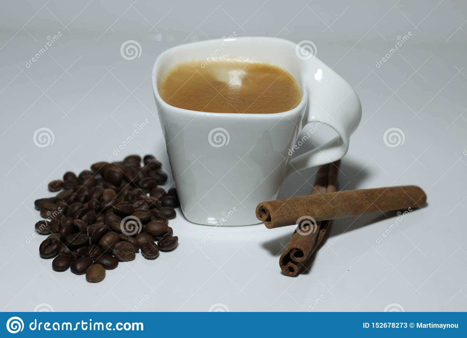 Filiżanka kawy, fasole i dwa kija cynamon,